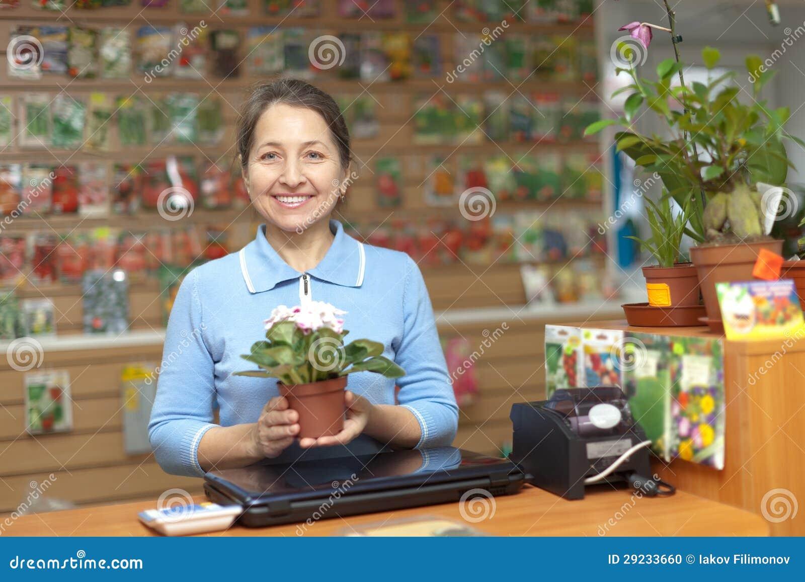 Download Saleswoman Fêmea Na Loja Para O Jardineiro Foto de Stock - Imagem de mercado, fazendeiro: 29233660