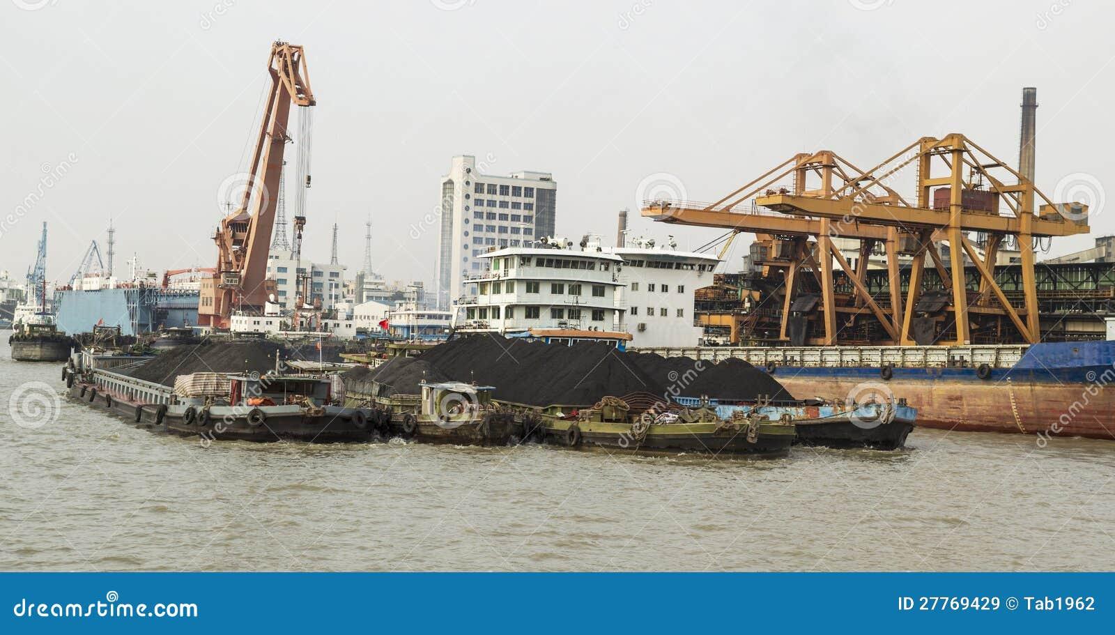 Saleté de terre rare sur des bateaux