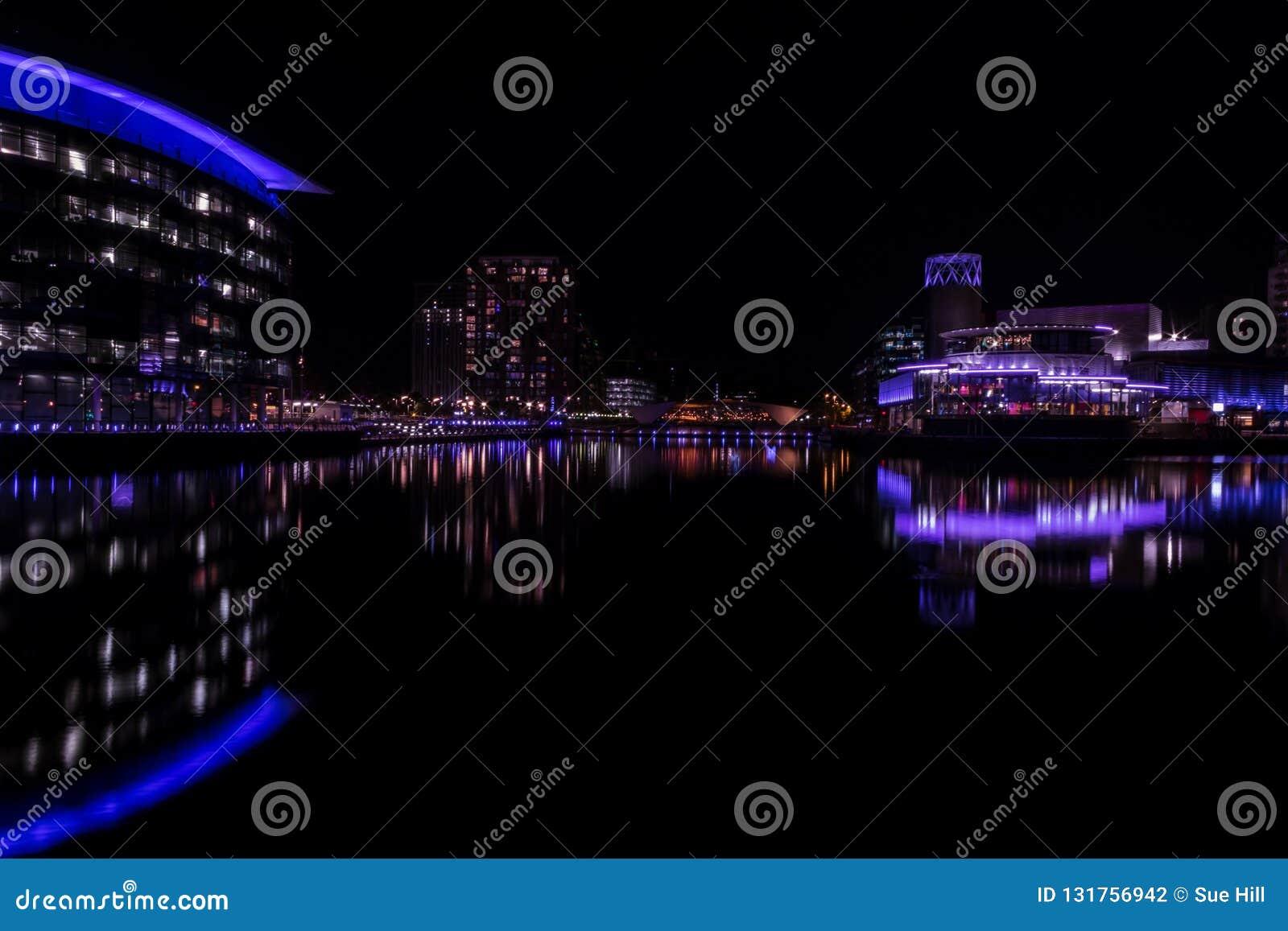 Salfordkaden, Engeland, het UK, 9 Oktober, 2018 een Nachtlandschap die lange blootstelling die van Media City het UK gebruiken be