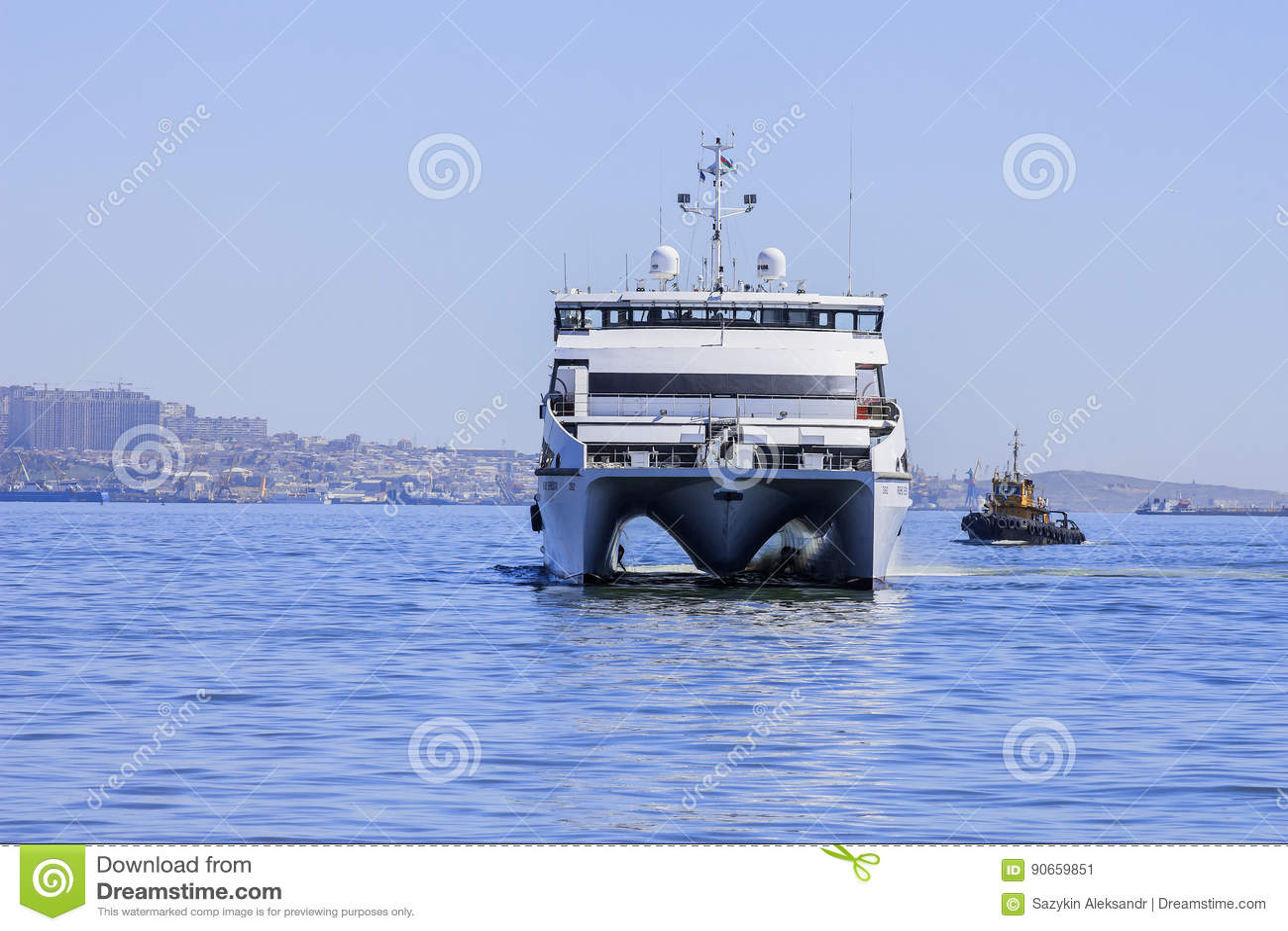 Salga del puerto de Baku en el ` de Behbudov del reshid del ` del buque del mar Caspio, la República de Azerbaijan, el 29 de marz