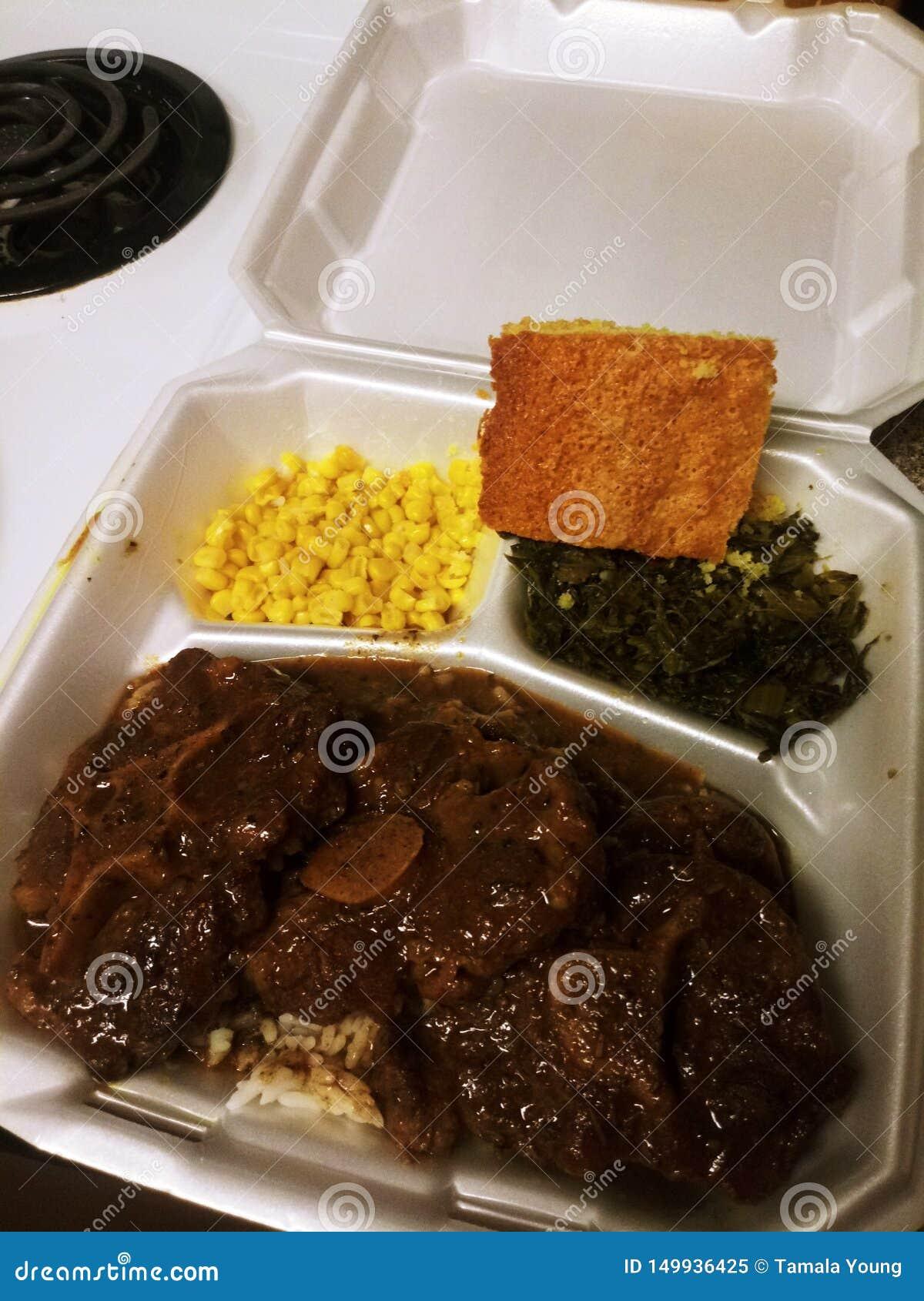 Salgado Rabo de boi da tia T com Brown, milho, verdes de mostarda, Cornbread da assinatura de um t