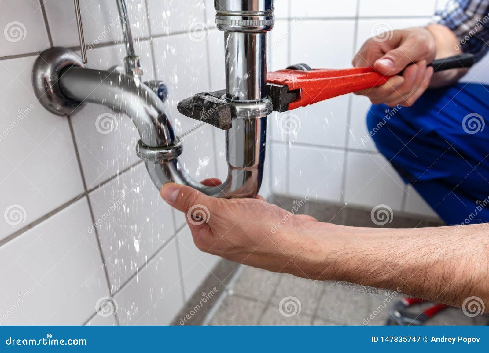 Salida de Repairing Sink Pipe del fontanero