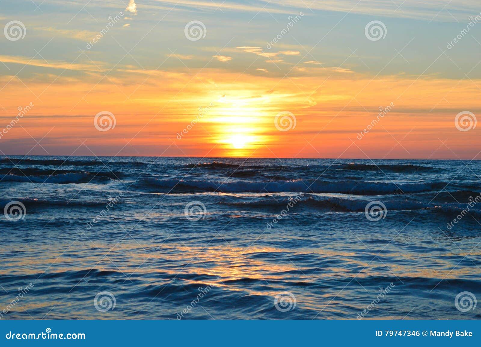 Salida del sol brillante sobre las aguas del lago Hurón