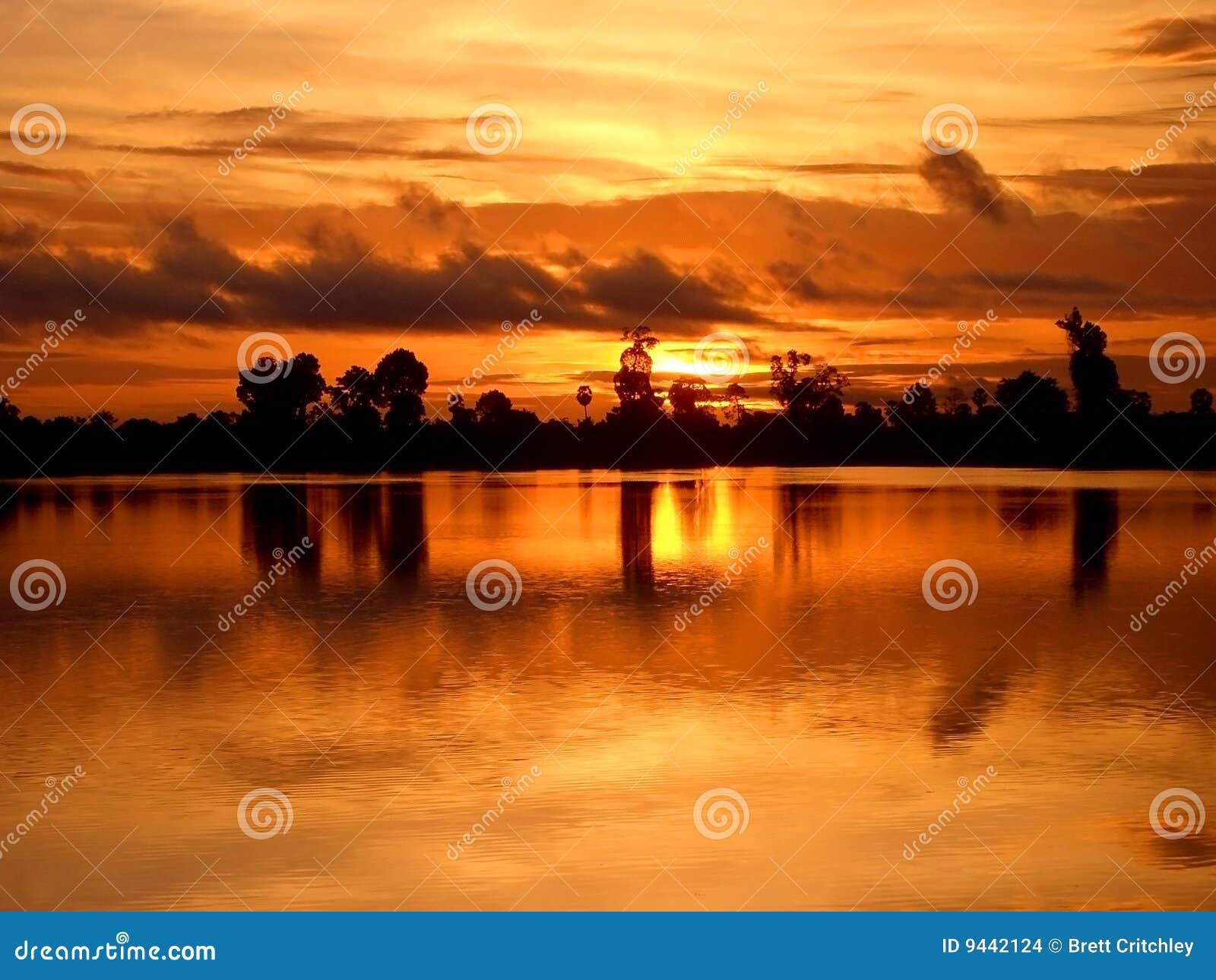 Salida del sol camboyana tranquila