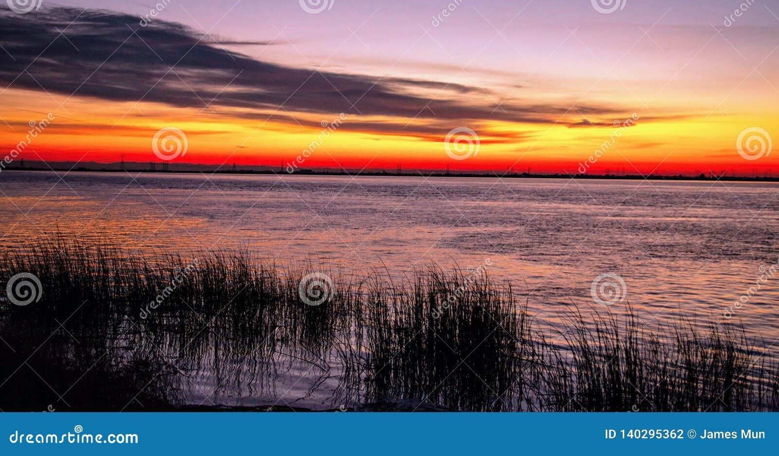 Salida del sol colorida sobre un lago