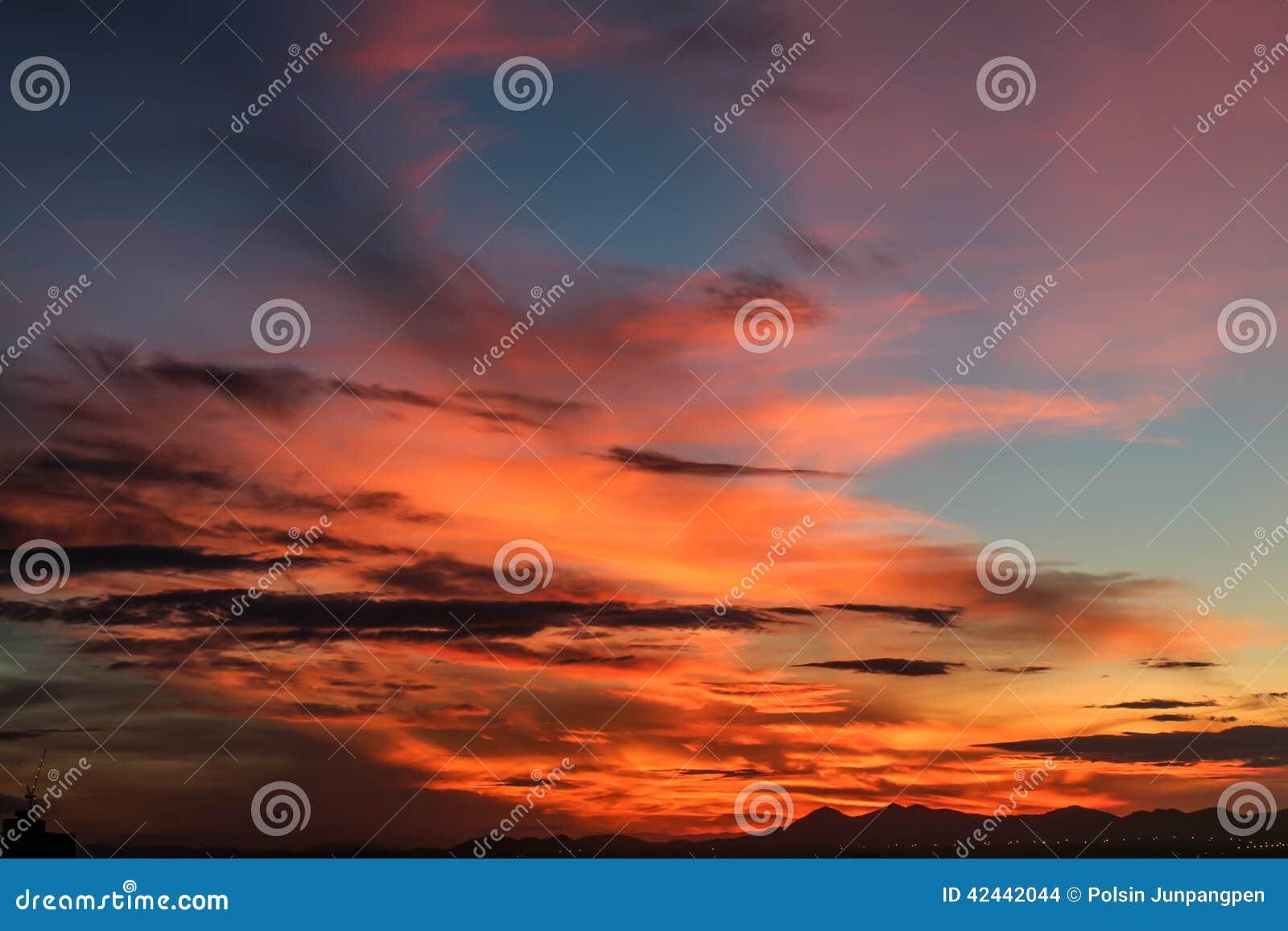 Salida del sol con el cielo hermoso