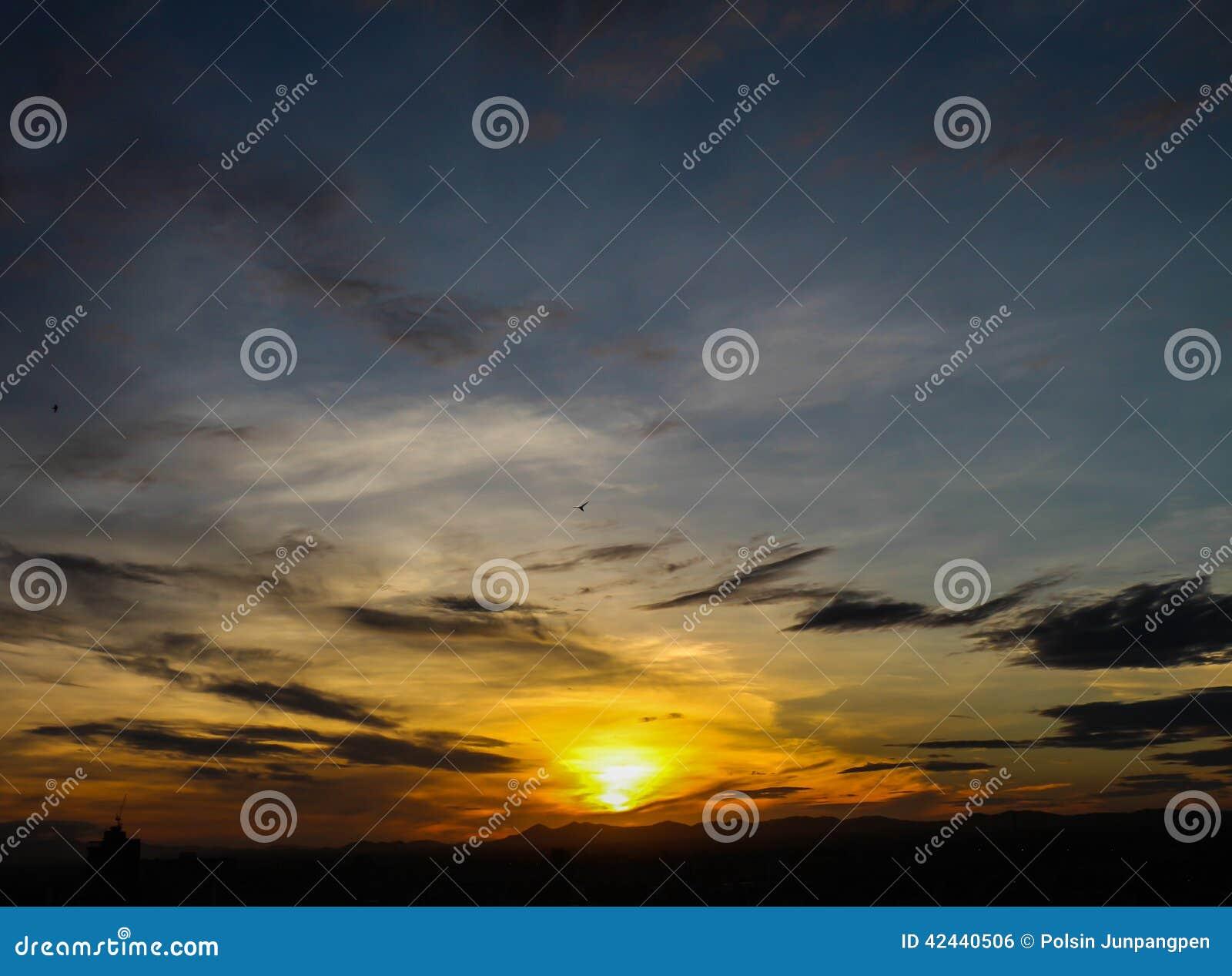 Salida del sol con el cielo hermoso en el crepúsculo