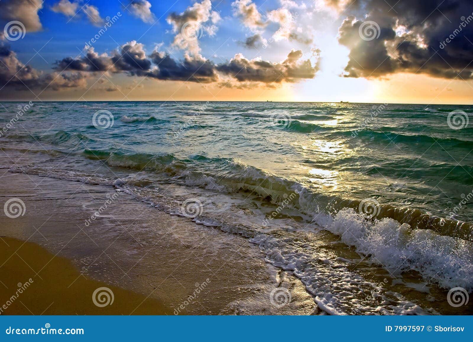 Salida del sol, costa de Océano Atlántico