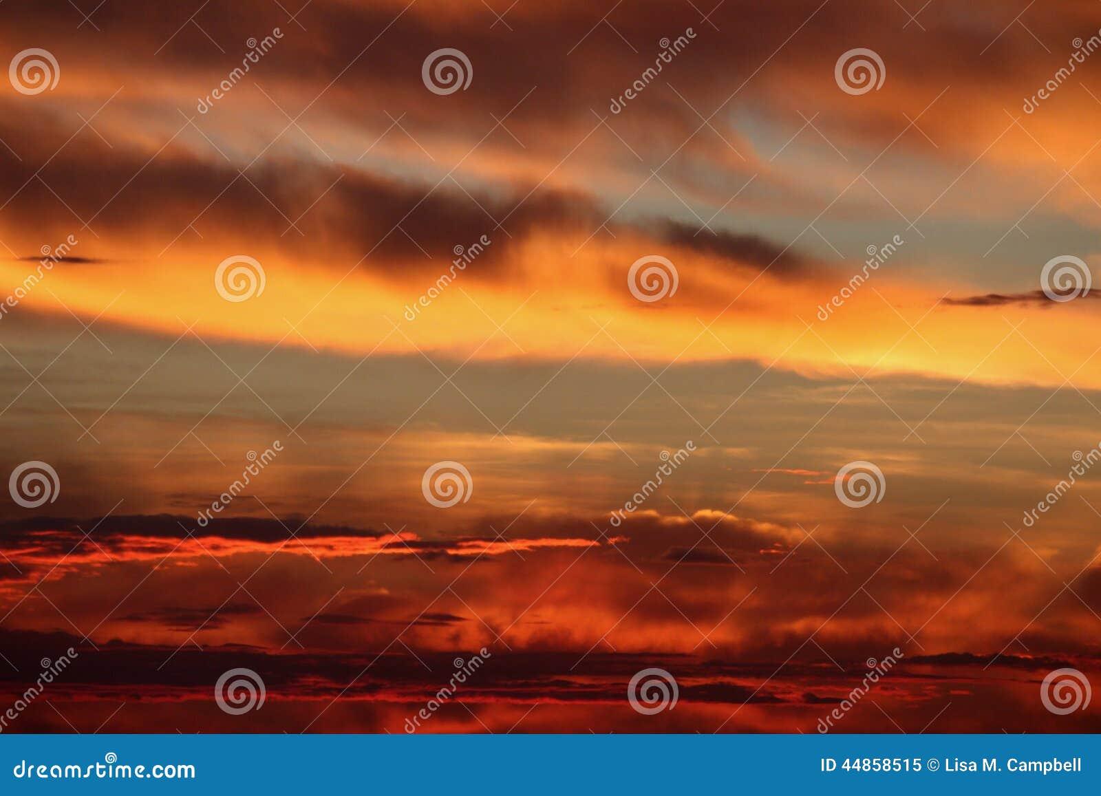 Salida del sol de la pradera antes de la tormenta del saludo