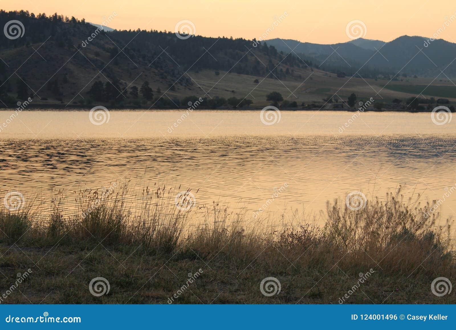 Salida del sol de oro sobre las montañas en Montana