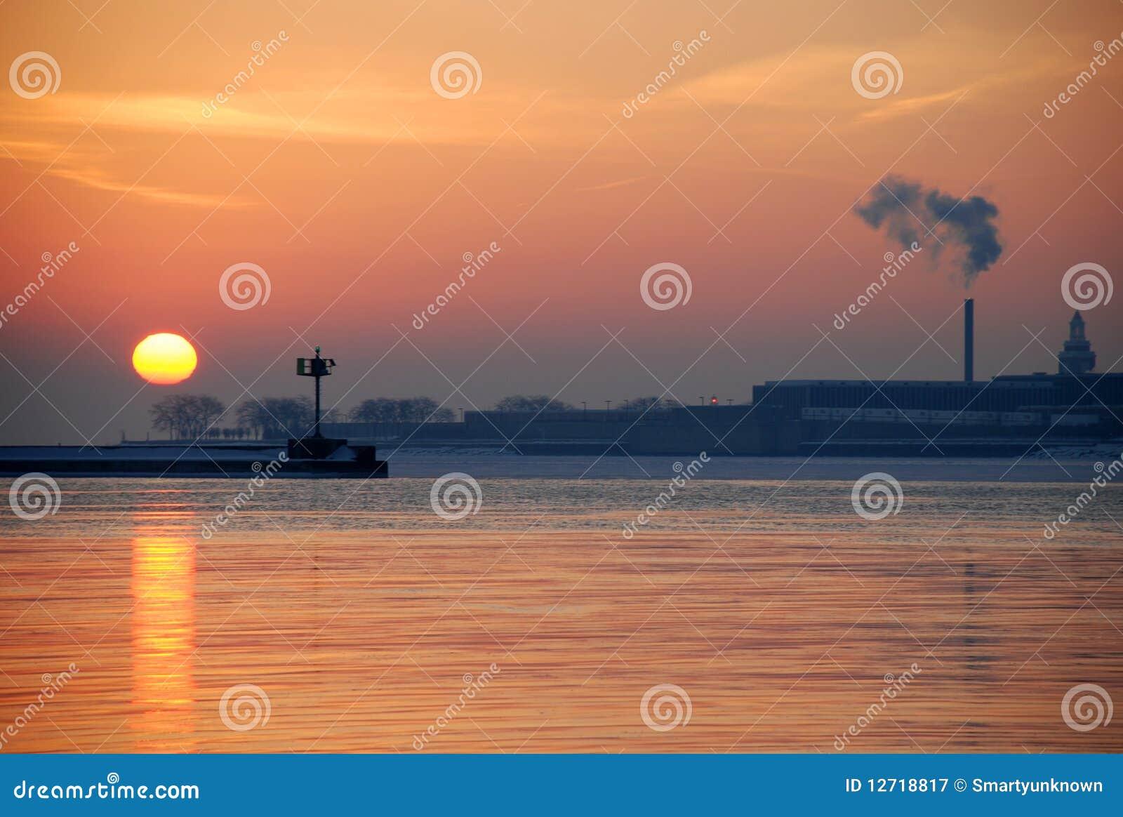 Salida del sol del invierno en el lago Michigan