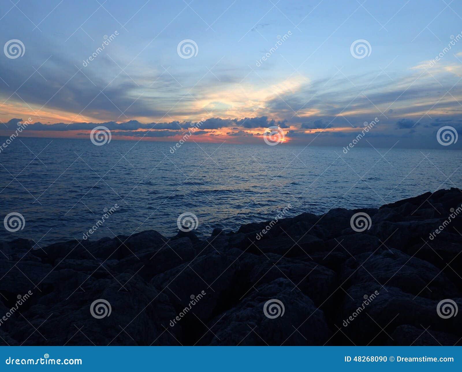 Salida del sol el lago Michigan de Chicago