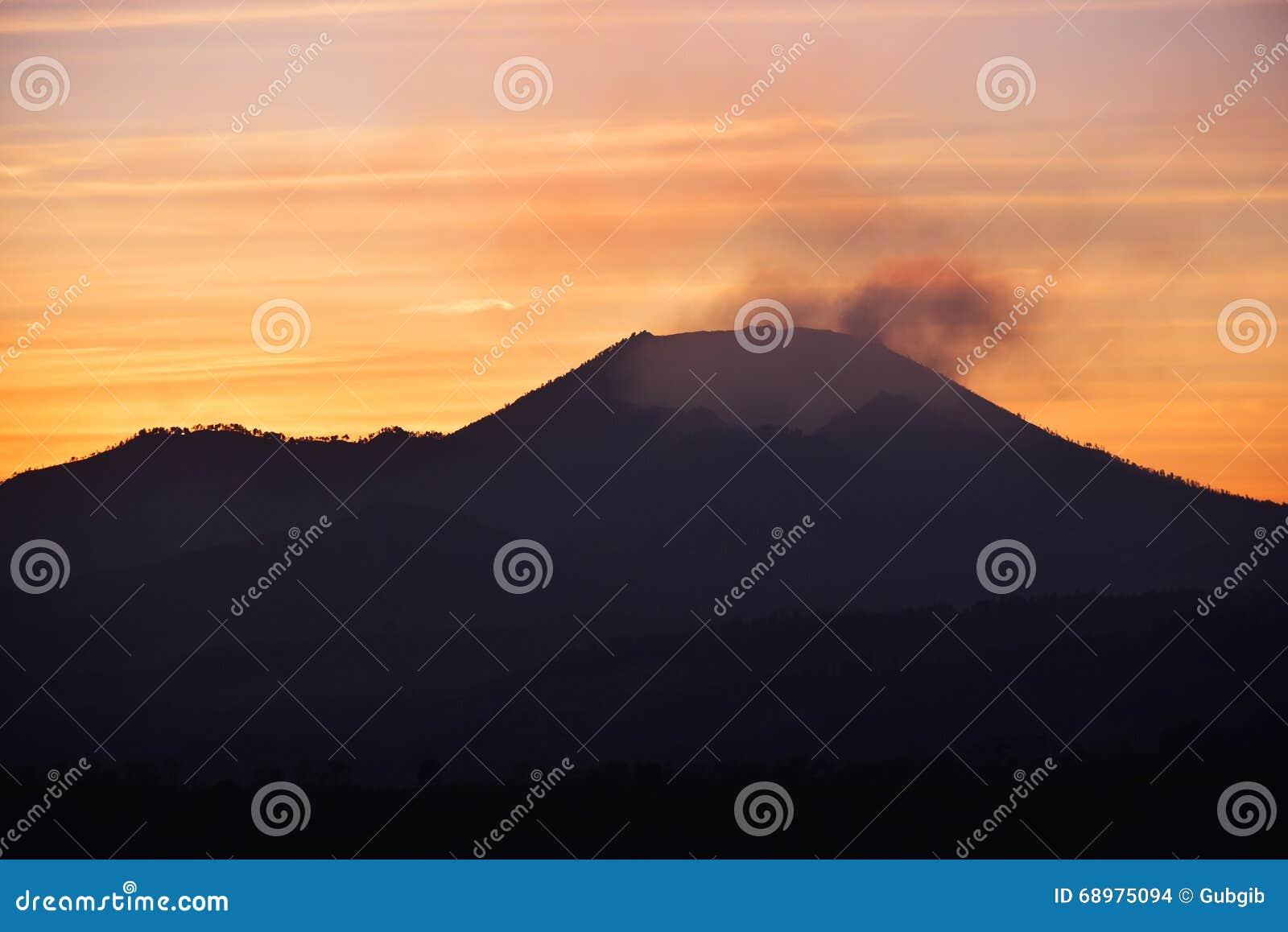 Salida del sol en el cráter de Kawah Ijen en Java Oriental, Indonesia