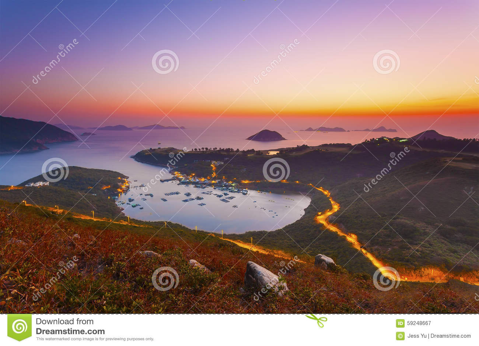 Salida del sol en el golfo en Hong Kong