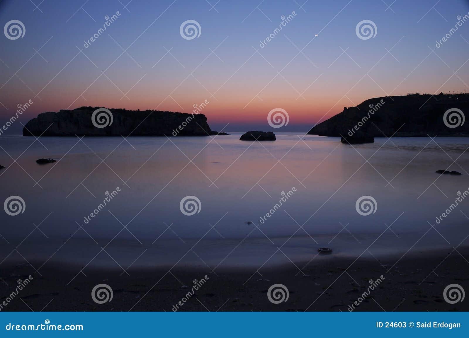 Salida del sol en el mar rocoso II