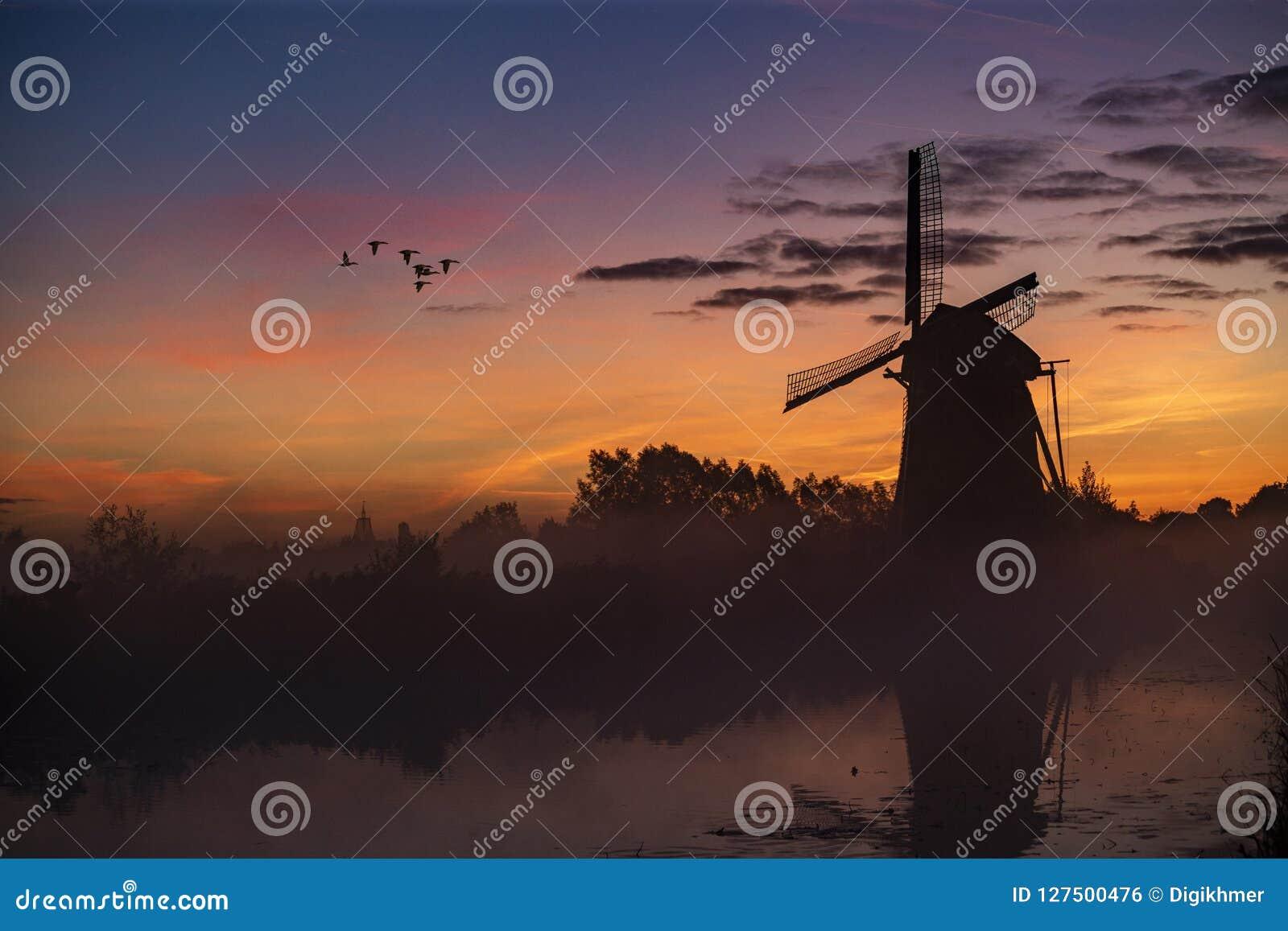 Salida del sol en el molino de viento holandés