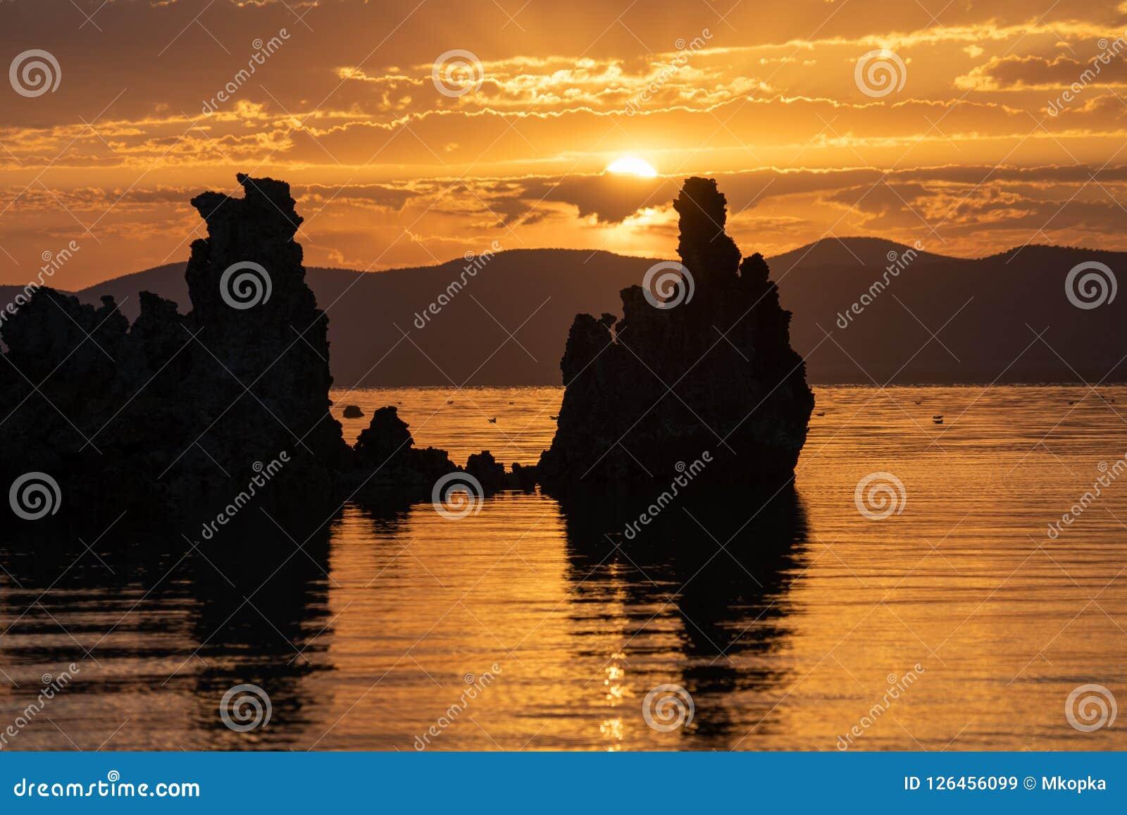 Salida del sol en el mono lago en el condado de Mono California