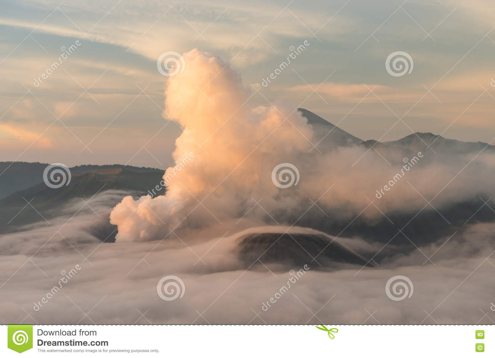 Salida del sol en el volcán de Bromo del soporte