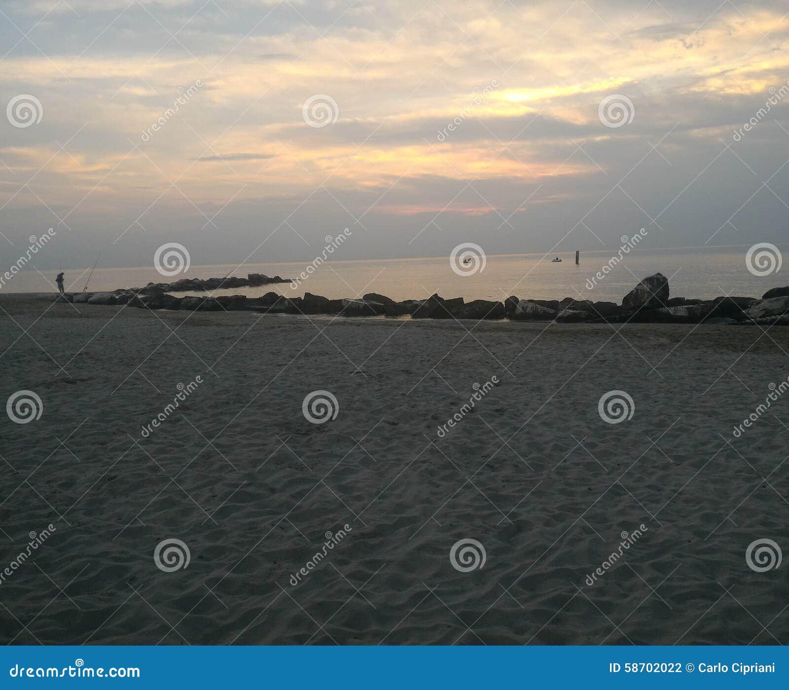Salida del sol en la costa
