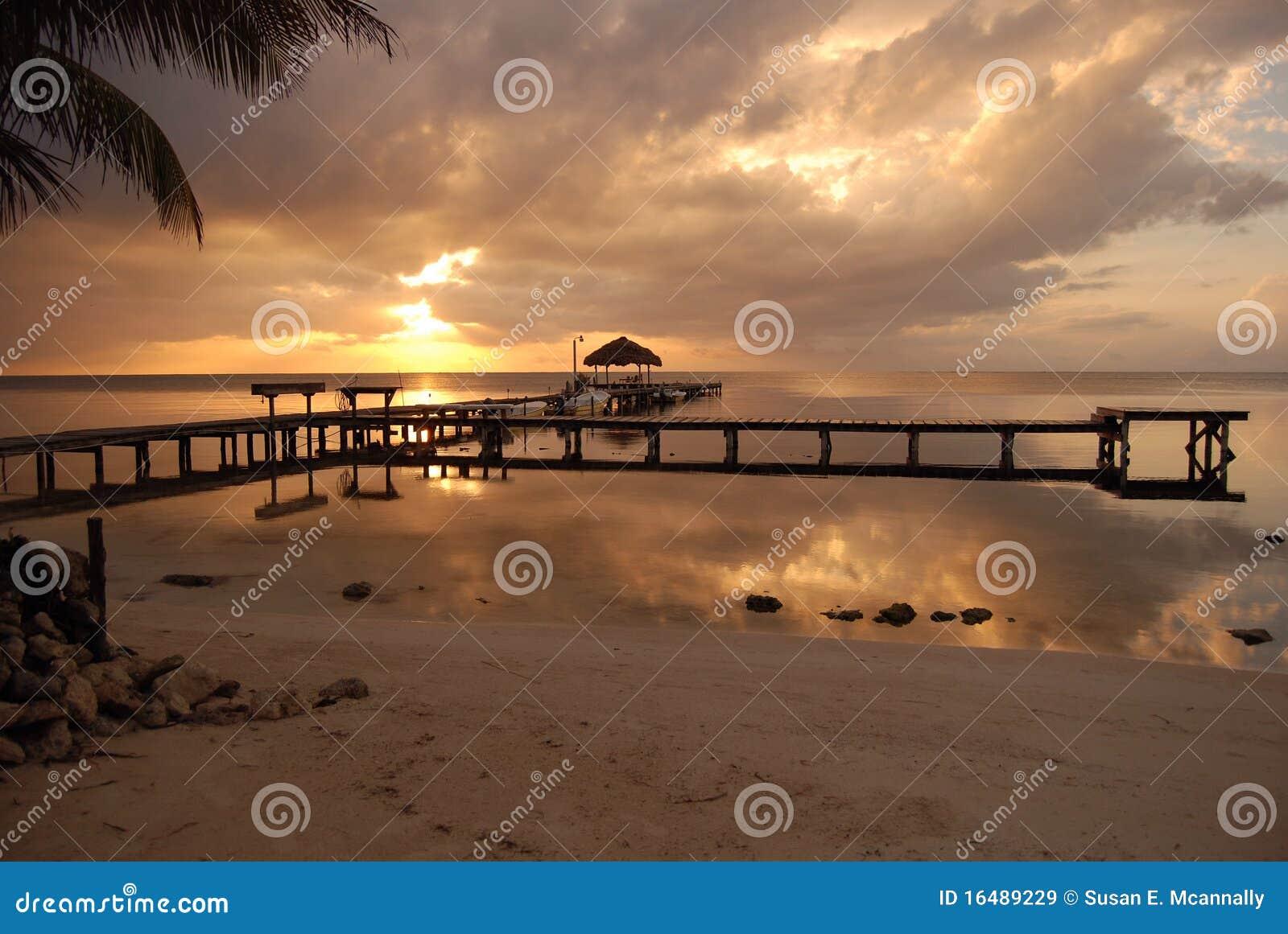 Salida del sol en la costa de Belice
