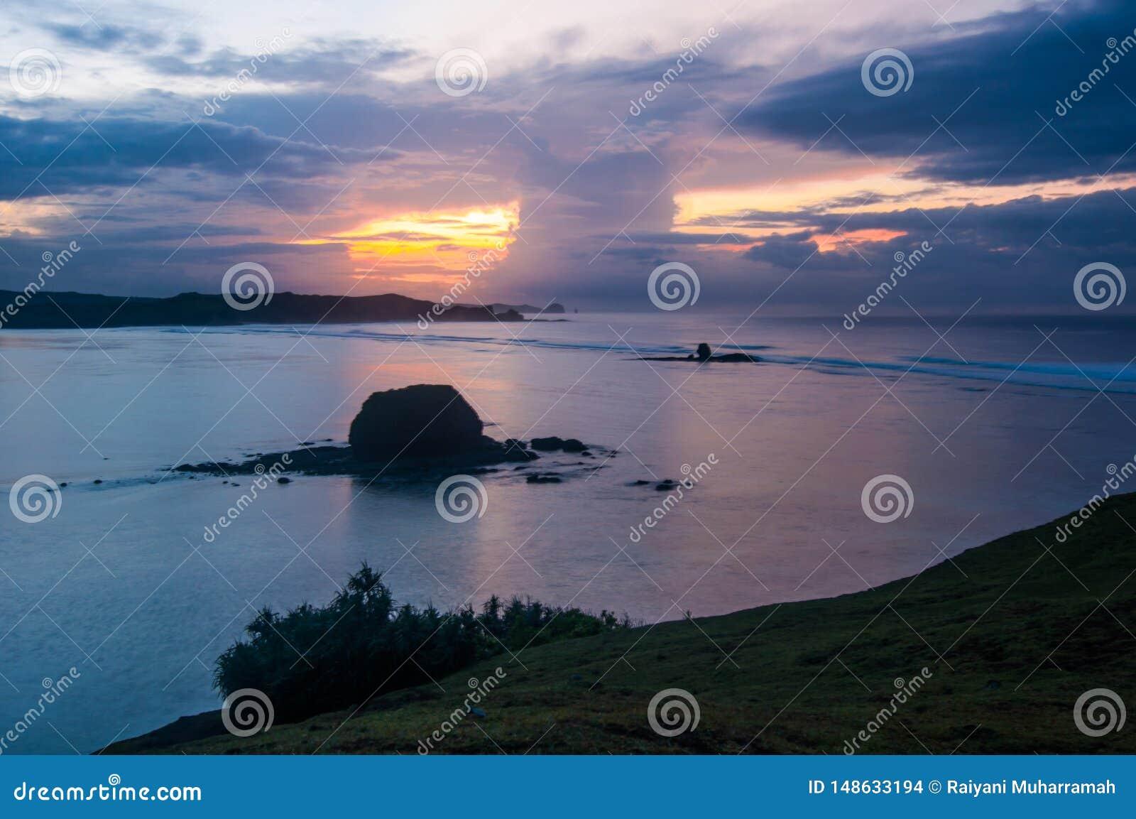 Salida del sol en la playa serenting Lombok