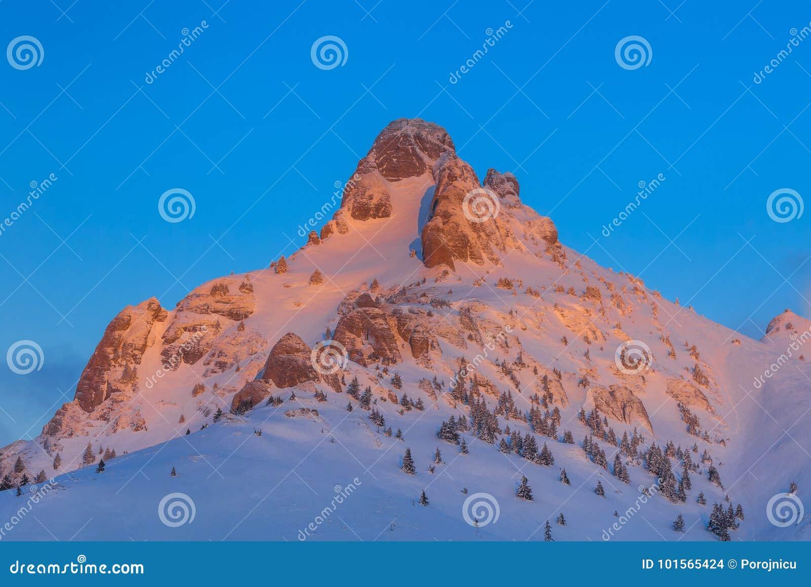 Salida del sol en las montañas de Ciucas, Rumania