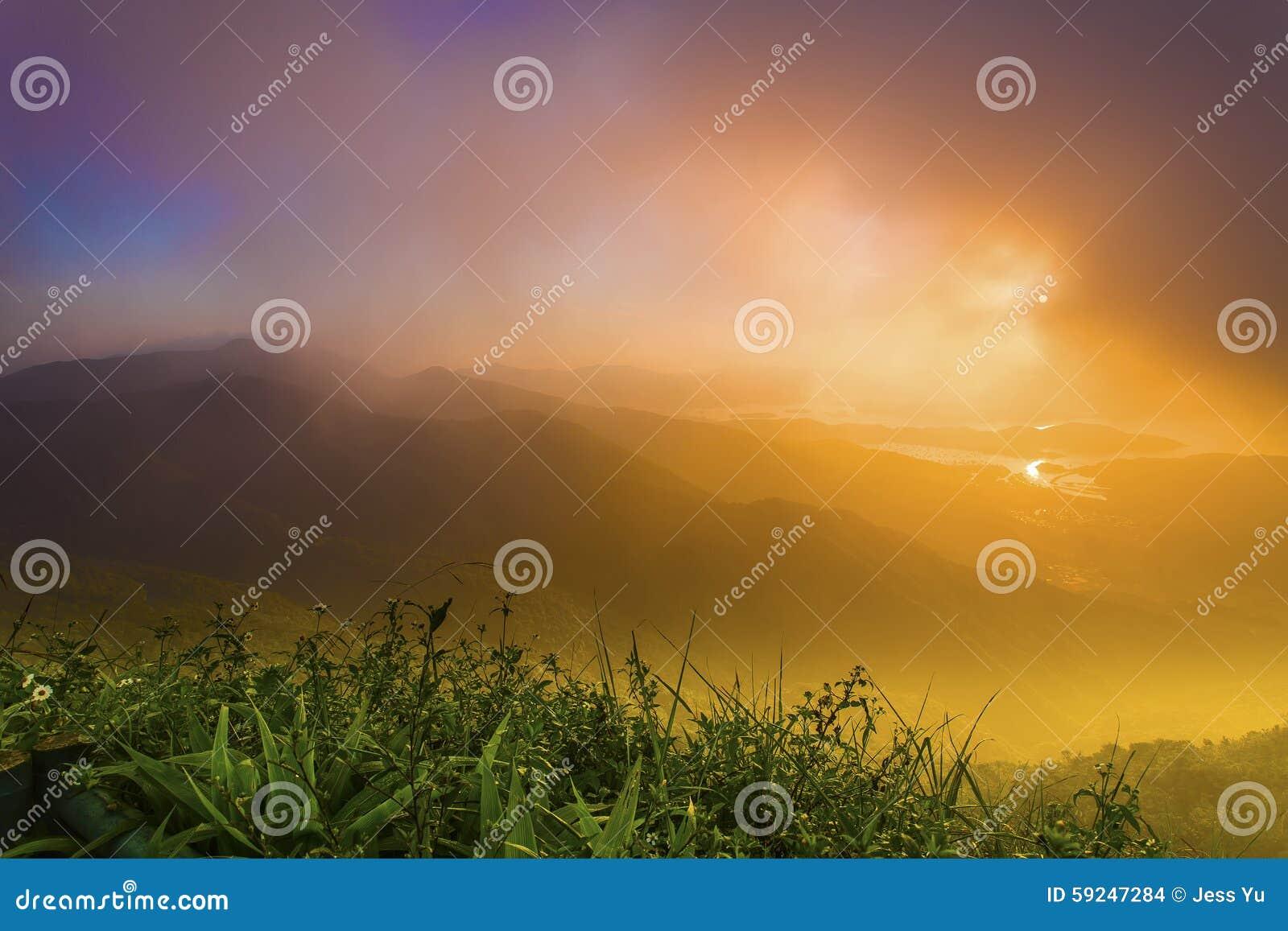 Salida del sol en las montañas en el verano de Hong Kong