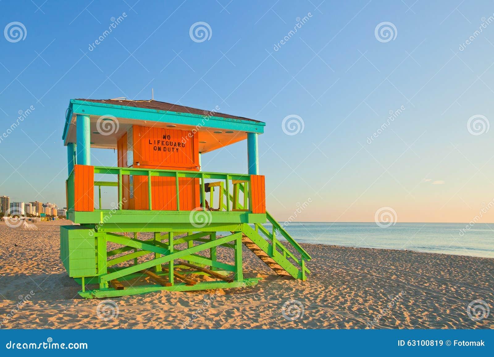 Salida del sol en Miami Beach la Florida, con una casa colorida del salvavidas