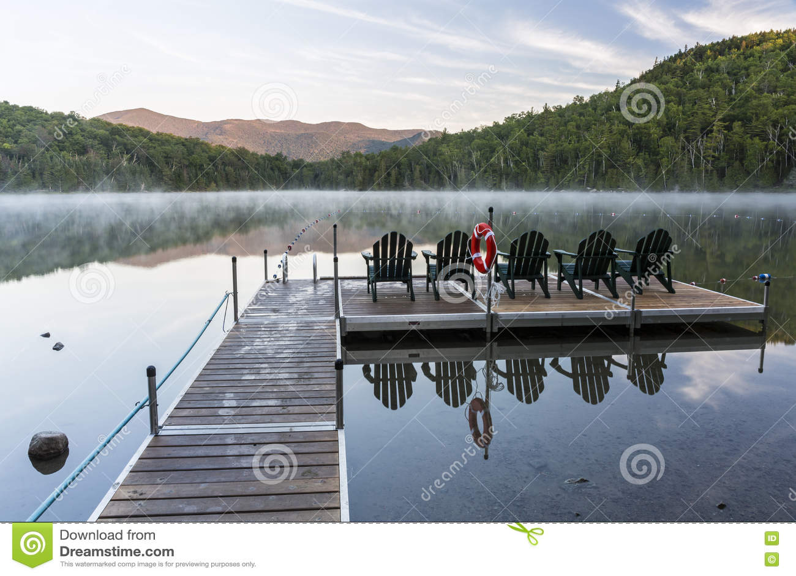 Salida Del Sol En Misty Heart Lake Foto de archivo