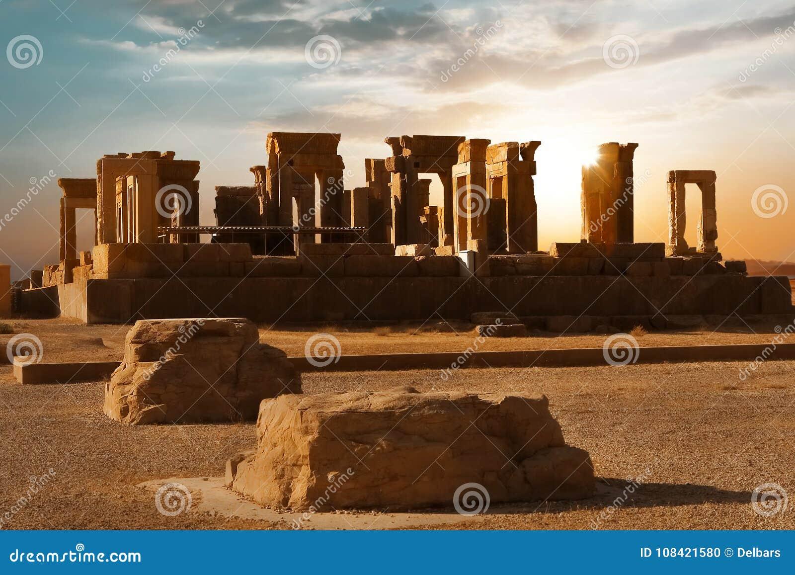Salida del sol en Persepolis, capital del reino antiguo del Achaemenid Columnas antiguas vista de Irán Persia antigua