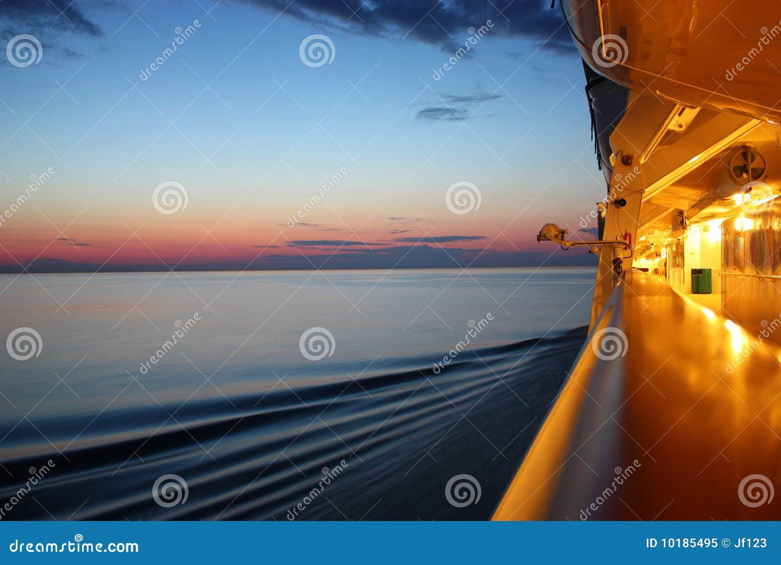 Salida del sol en un barco de la travesía