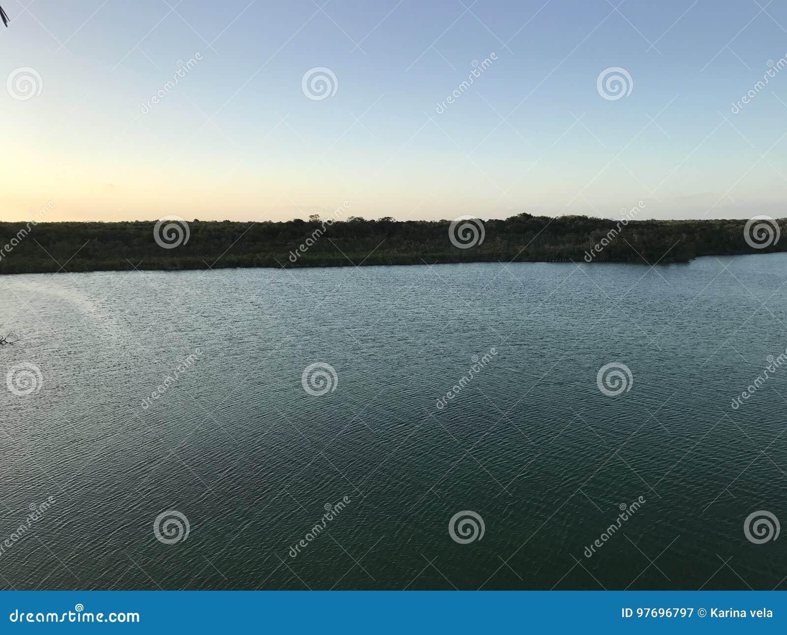 Salida del sol en una laguna