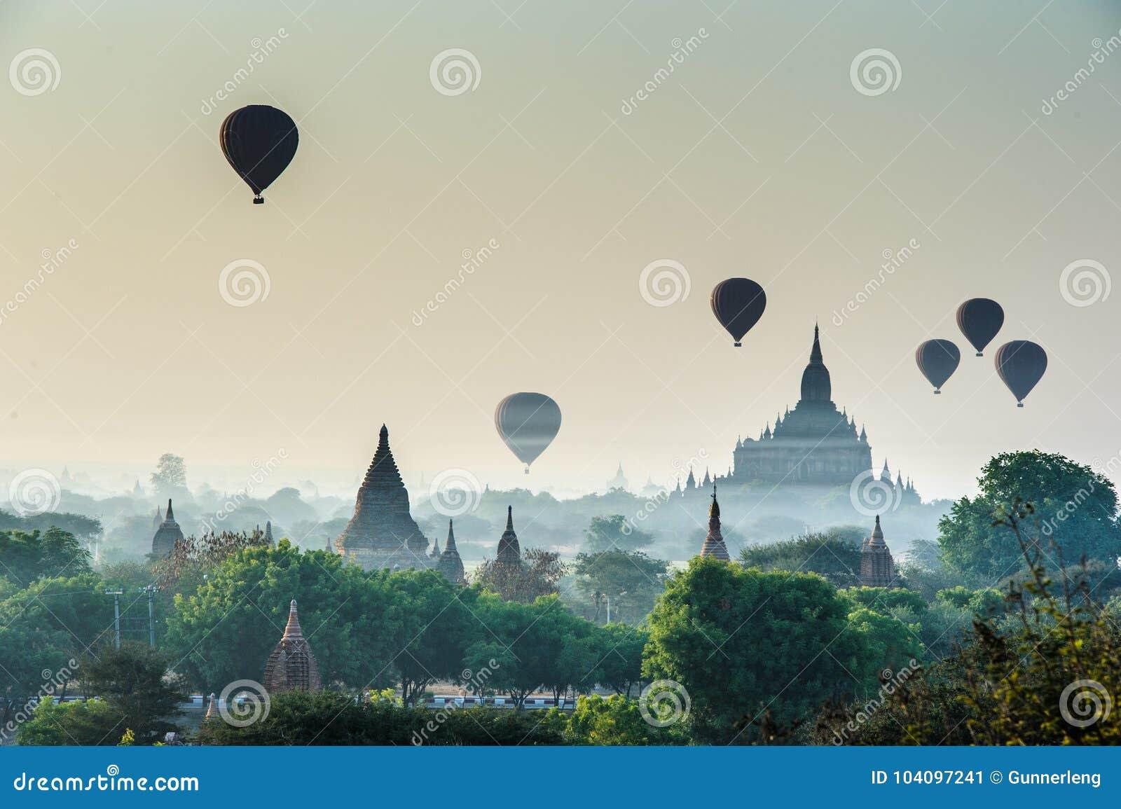 Salida del sol escénica con muchos globos del aire caliente en el viaje de Myanmar