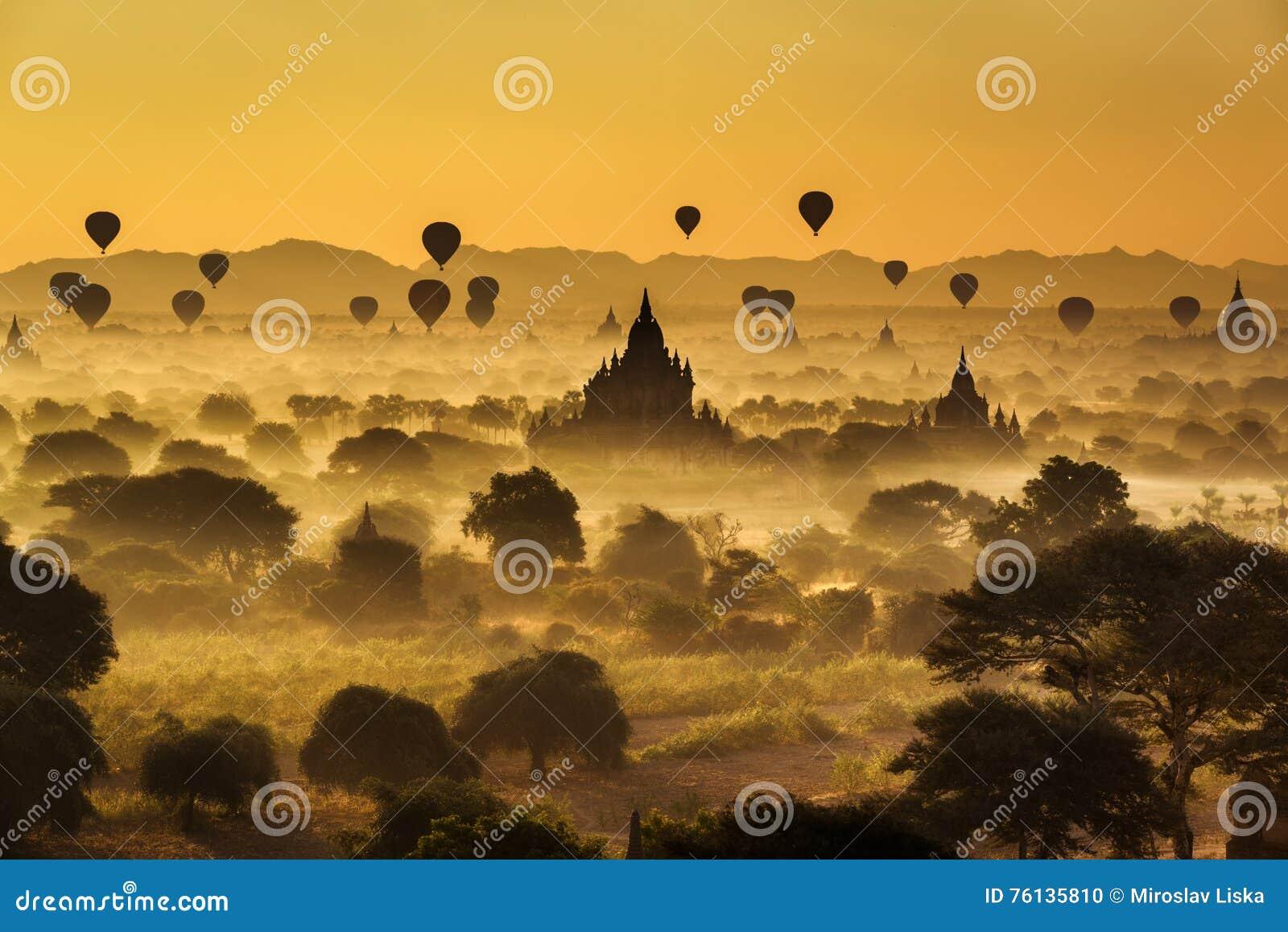 Salida del sol escénica sobre Bagan en Myanmar