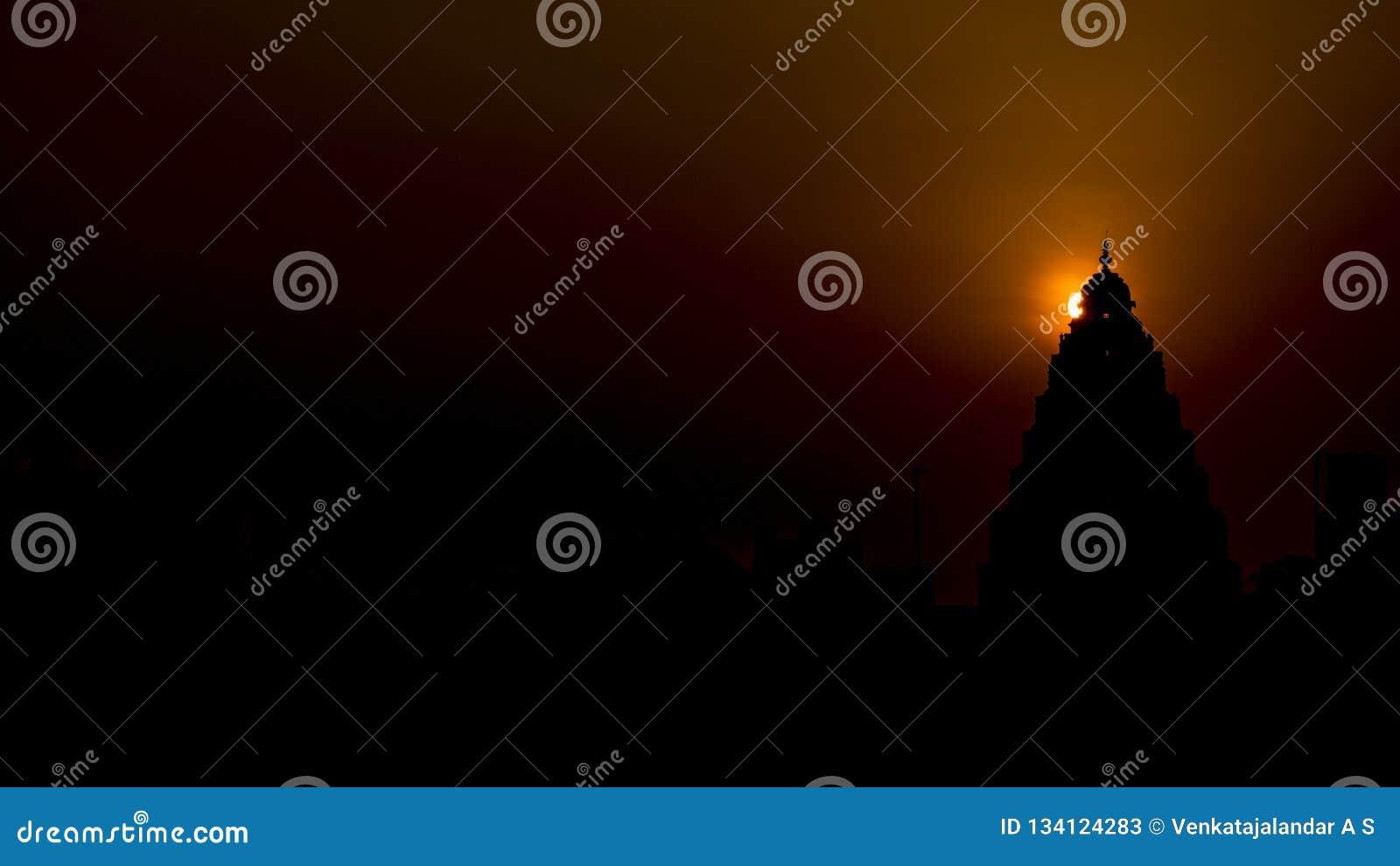 Salida del sol: Halo detrás del top de un templo hindú