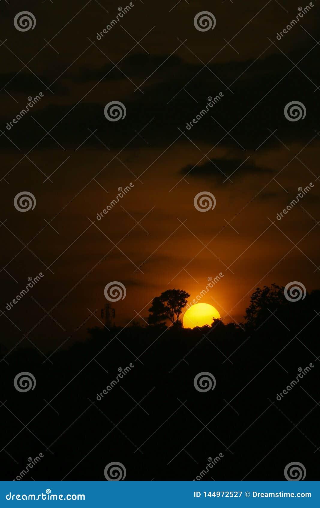 Salida del sol hermosa en Cimenyan