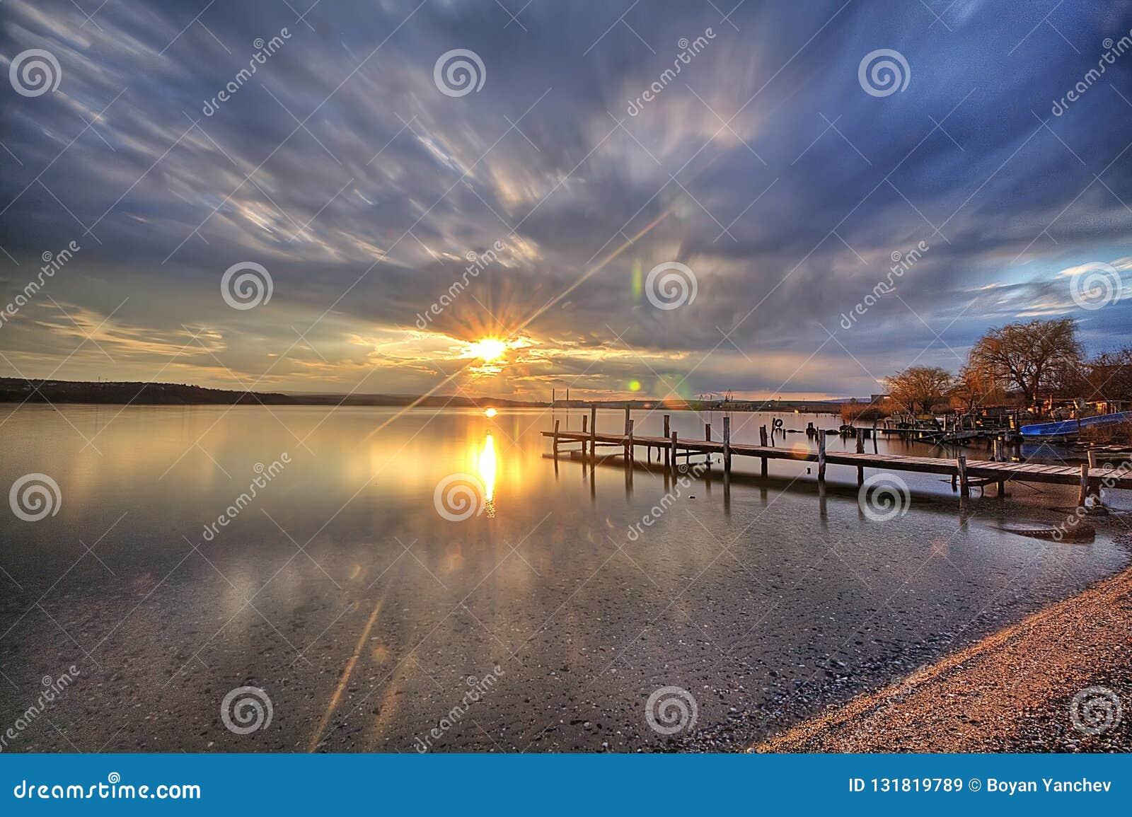 Salida del sol hermosa en el flujo de Varna de la ciudad