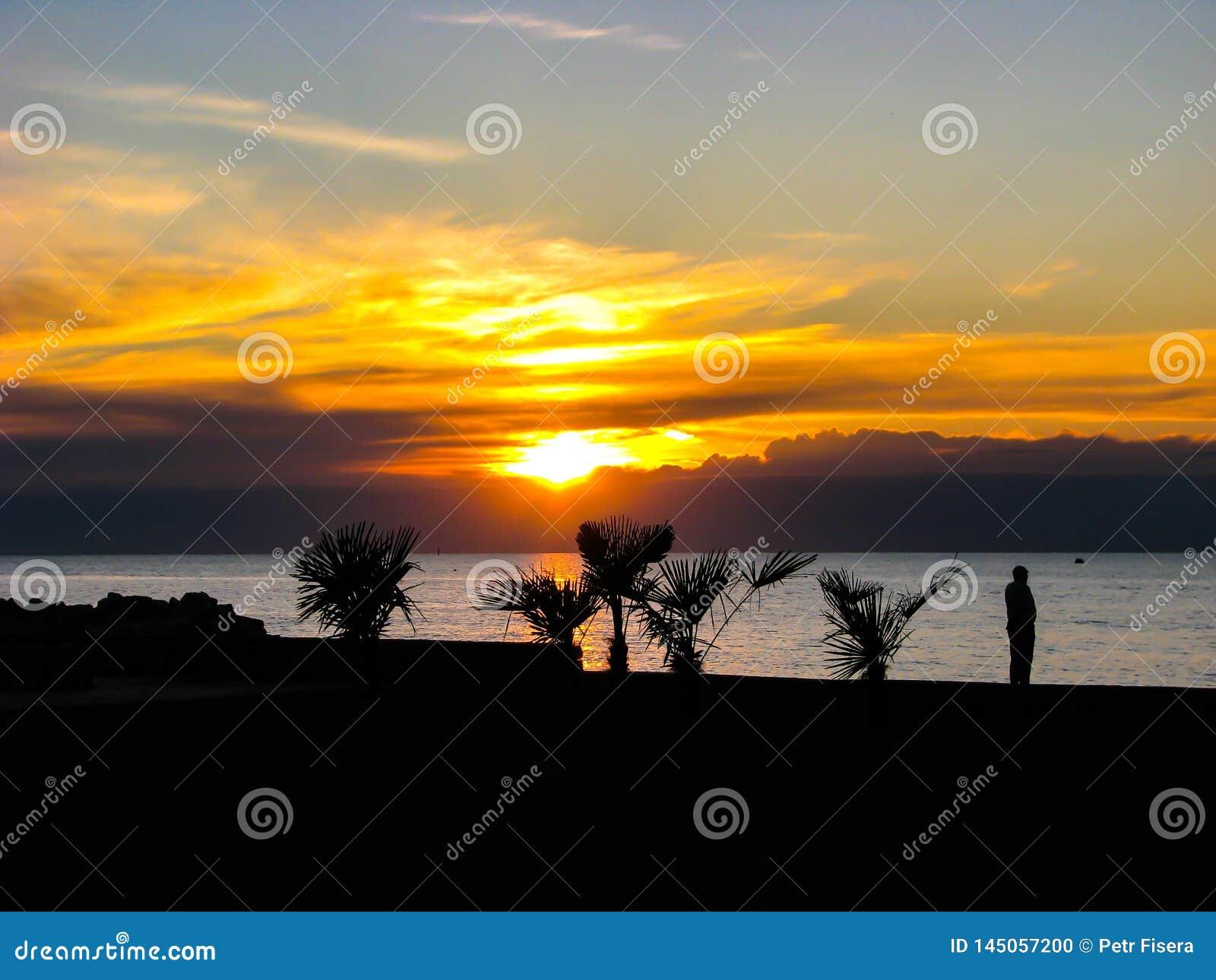 Salida del sol hermosa en Italia sobre el mar