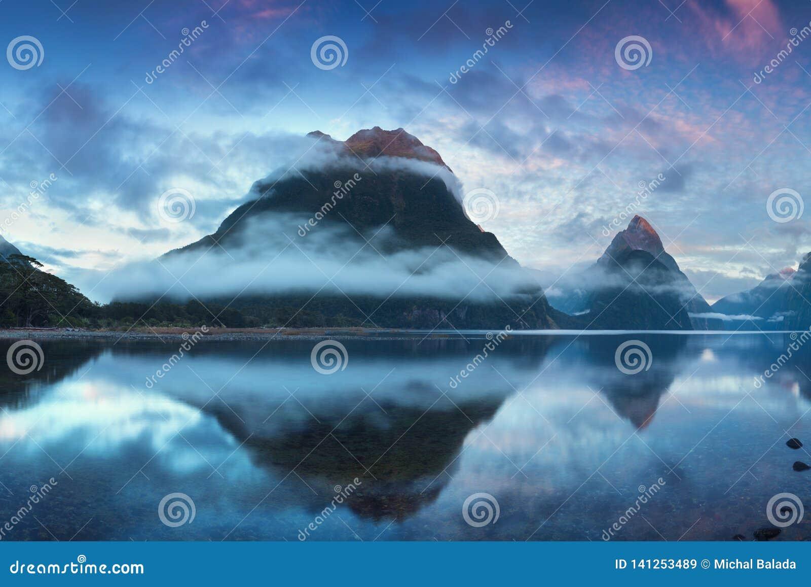 Salida del sol hermosa en Milford Sound, Nueva Zelanda El pico del inglete es la señal icónica de Milford Sound en el parque naci