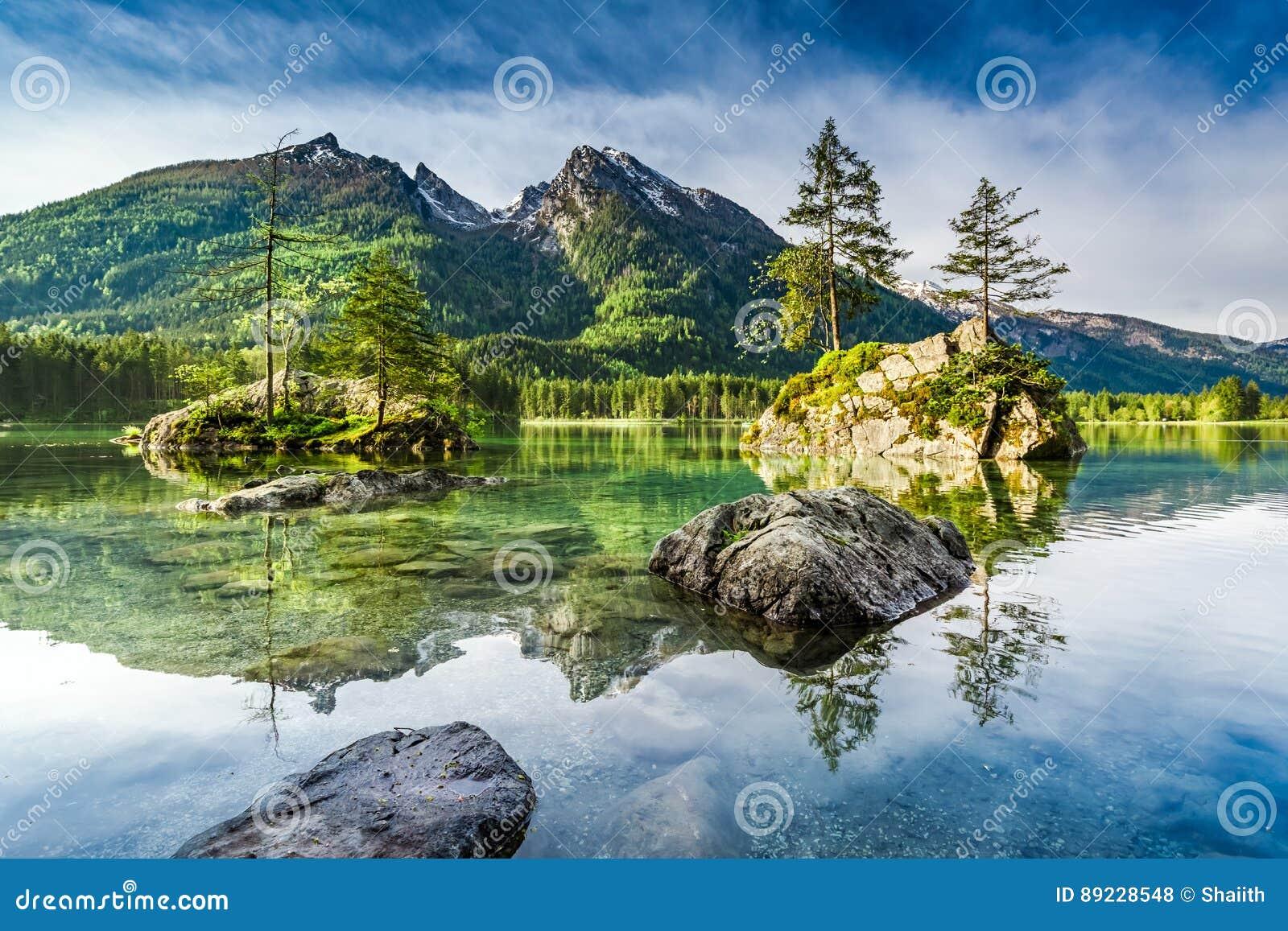 Salida del sol maravillosa en el lago Hintersee en las montañas, Alemania, Europa