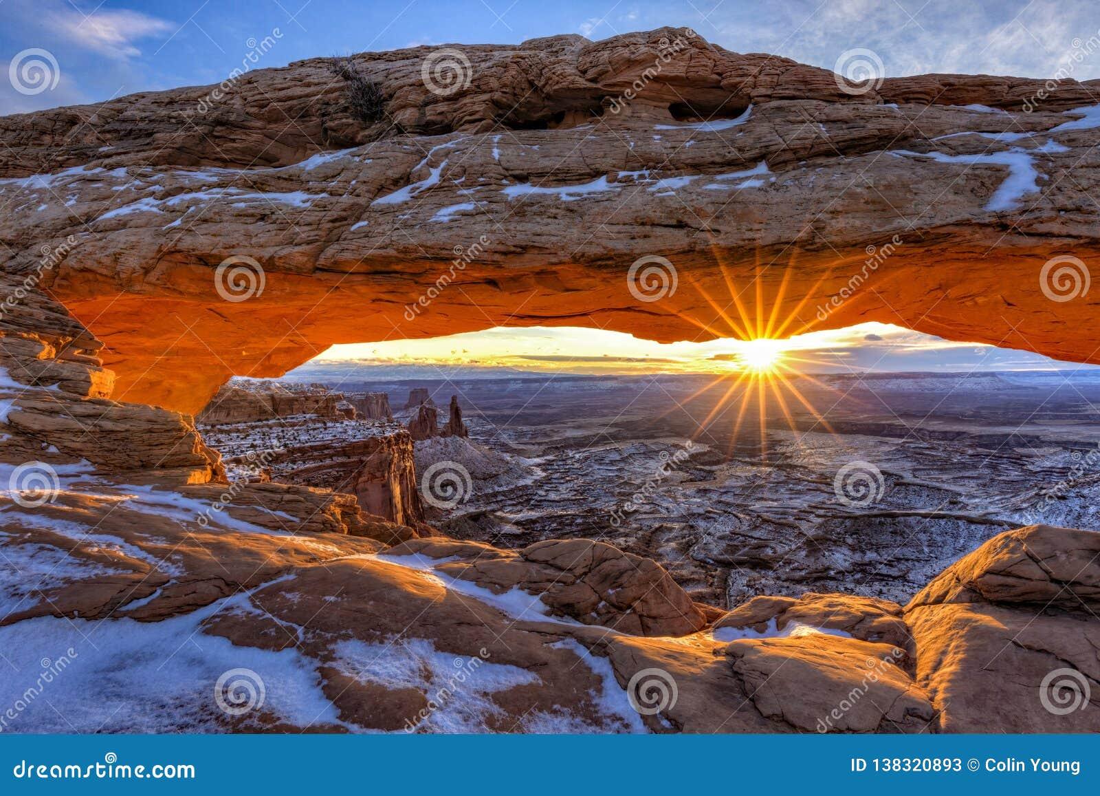 Salida del sol Mesa Arch del invierno