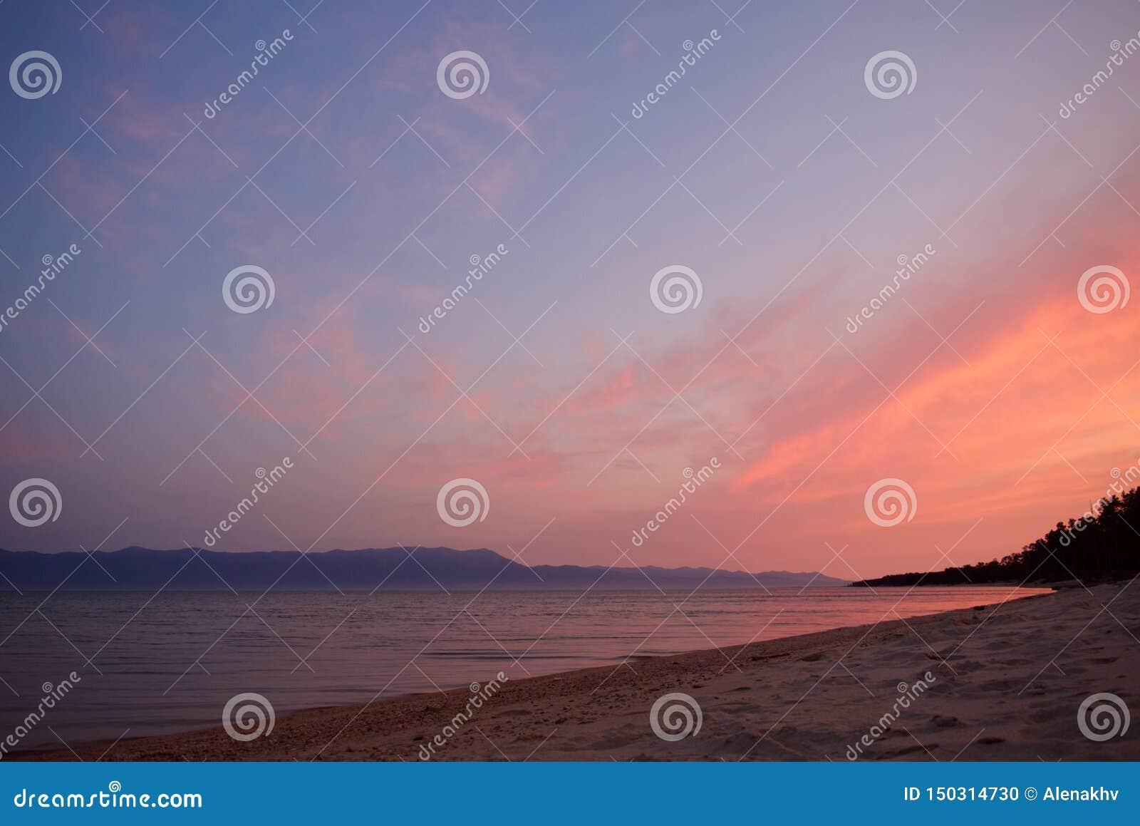 Salida del sol púrpura y rosada sobre el lago Baikal