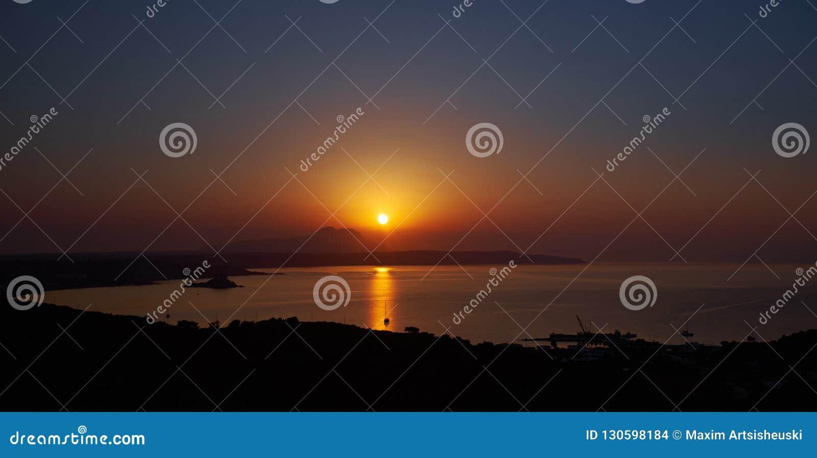 Salida del sol roja en un mar