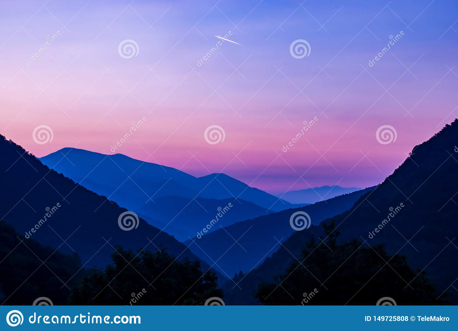 Salida del sol rosada sobre magiore del laggo de las montañas