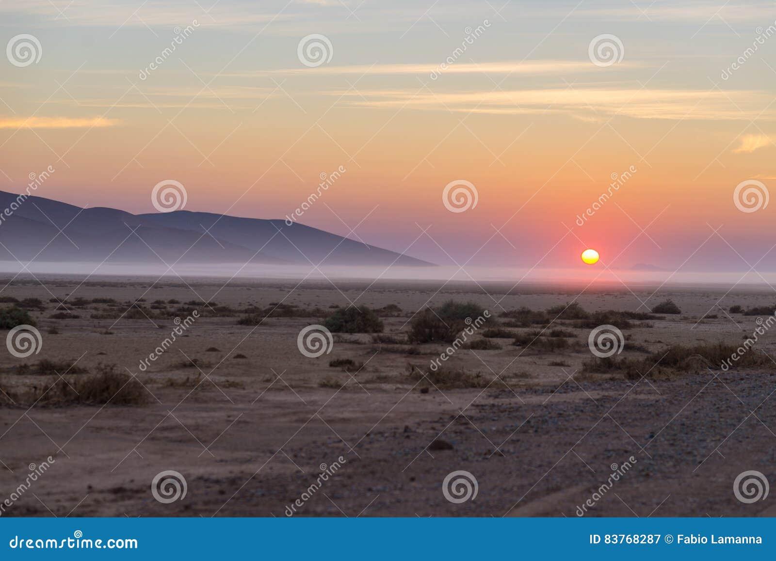 Salida del sol sobre el desierto de Namib, roadtrip en el parque nacional maravilloso de Namib Naukluft, destino del viaje en Nam