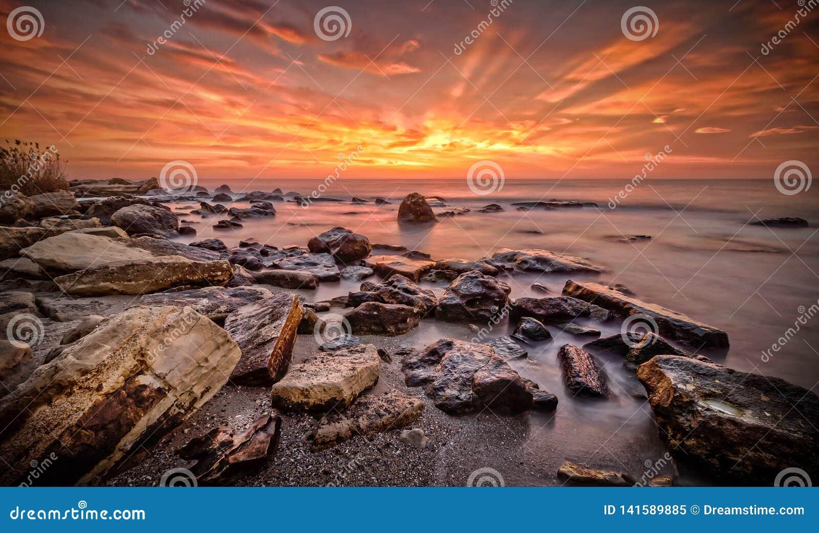 Salida del sol sobre el Fitchossa Varna Bulgaria