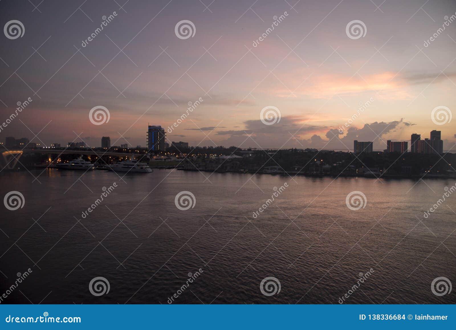 Salida del sol sobre el Fort Lauderdale portuario la Florida de los marismas