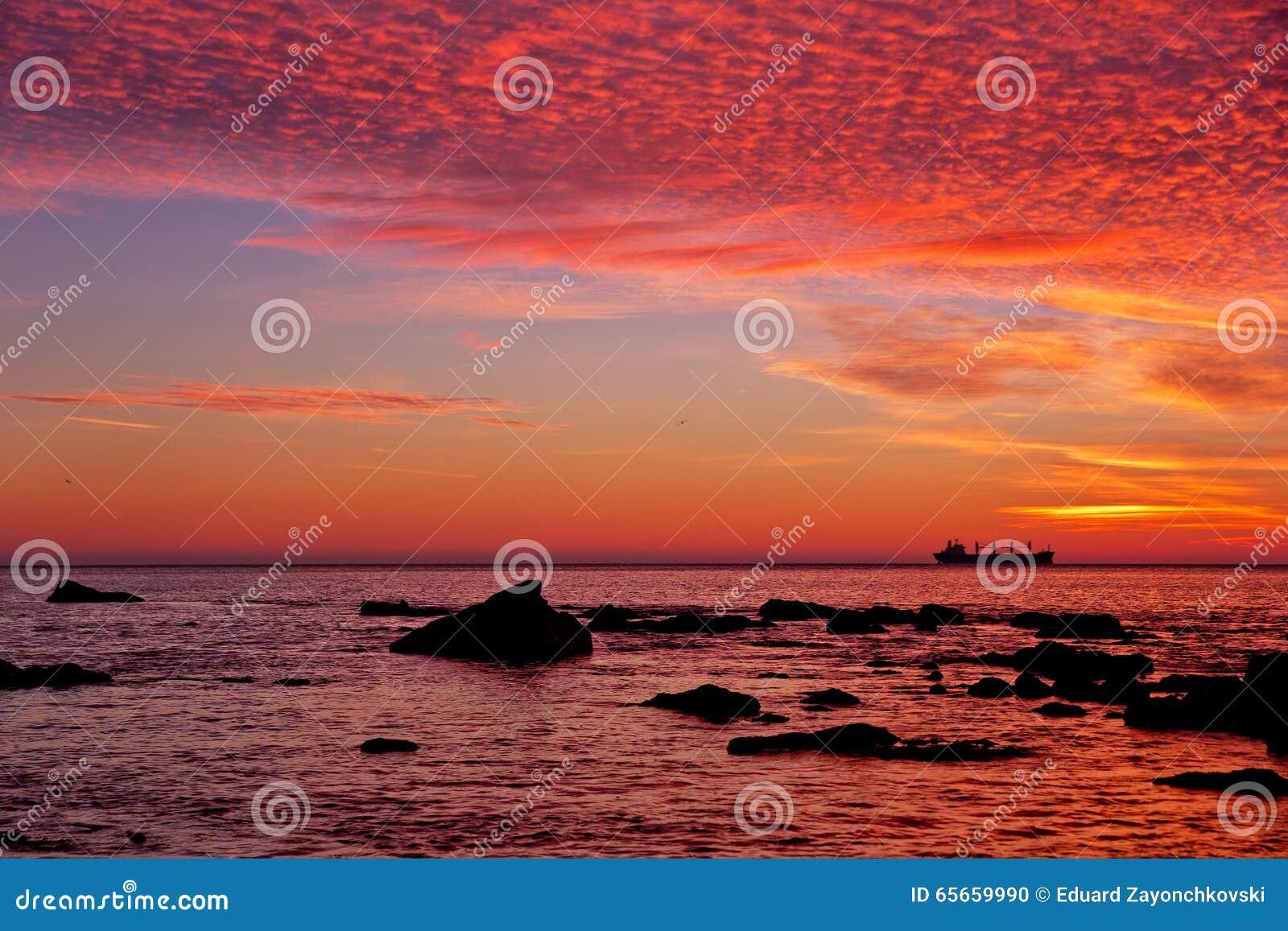 Salida del sol sobre el mar