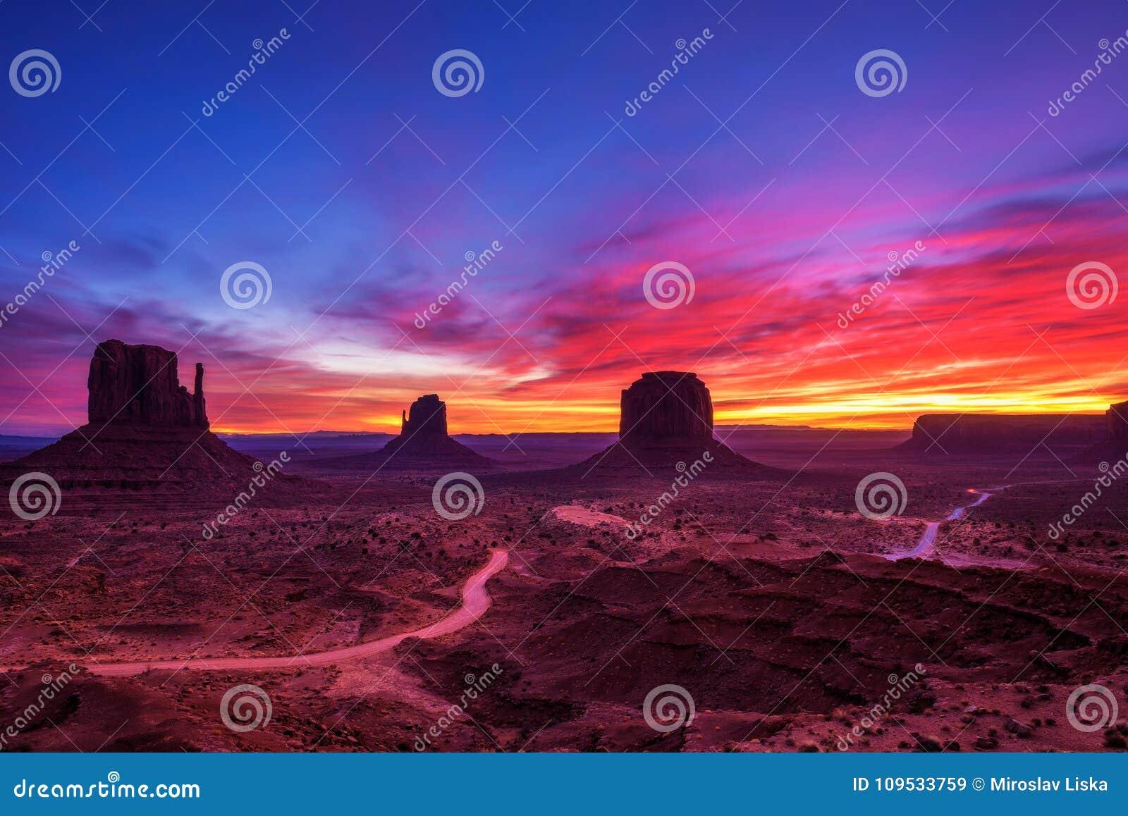 Salida del sol sobre el valle del monumento, Arizona, los E.E.U.U.