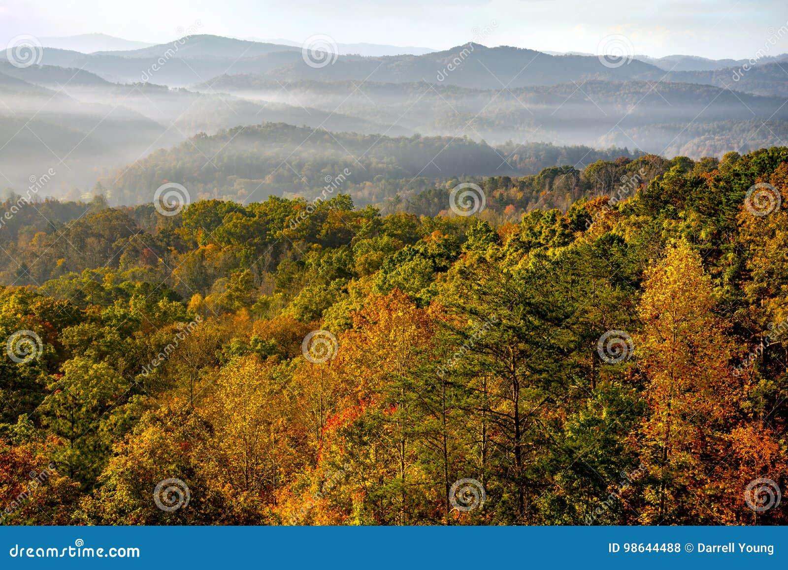 Salida del sol sobre Great Smoky Mountains en el pico de Autumn Color